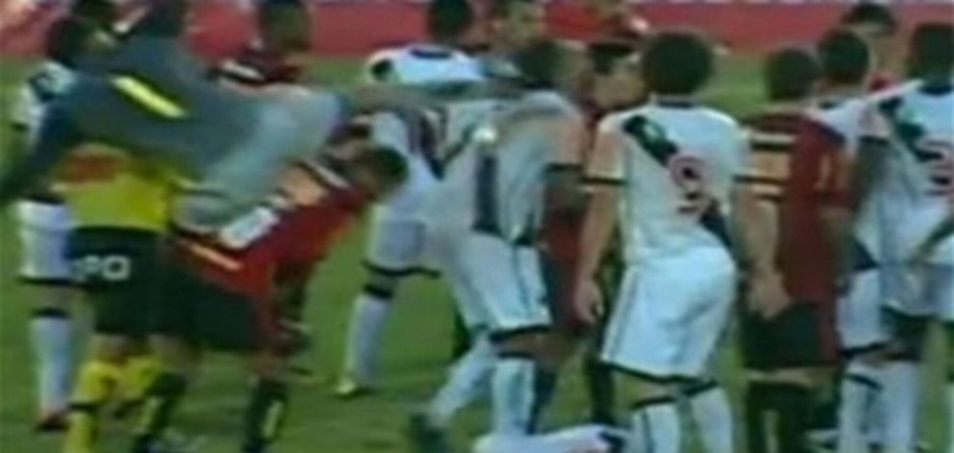 18-летний вратарь-каратист едва не оторвал сопернику голову. Видео