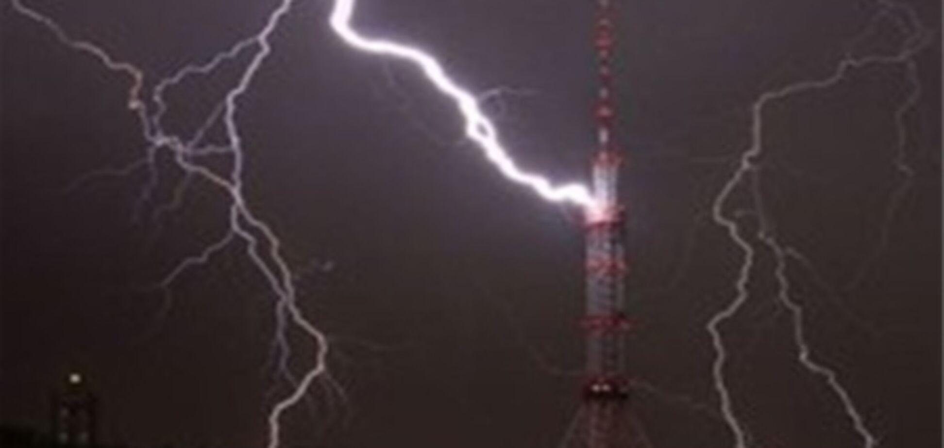 Молния ударила в телевышку в Киеве