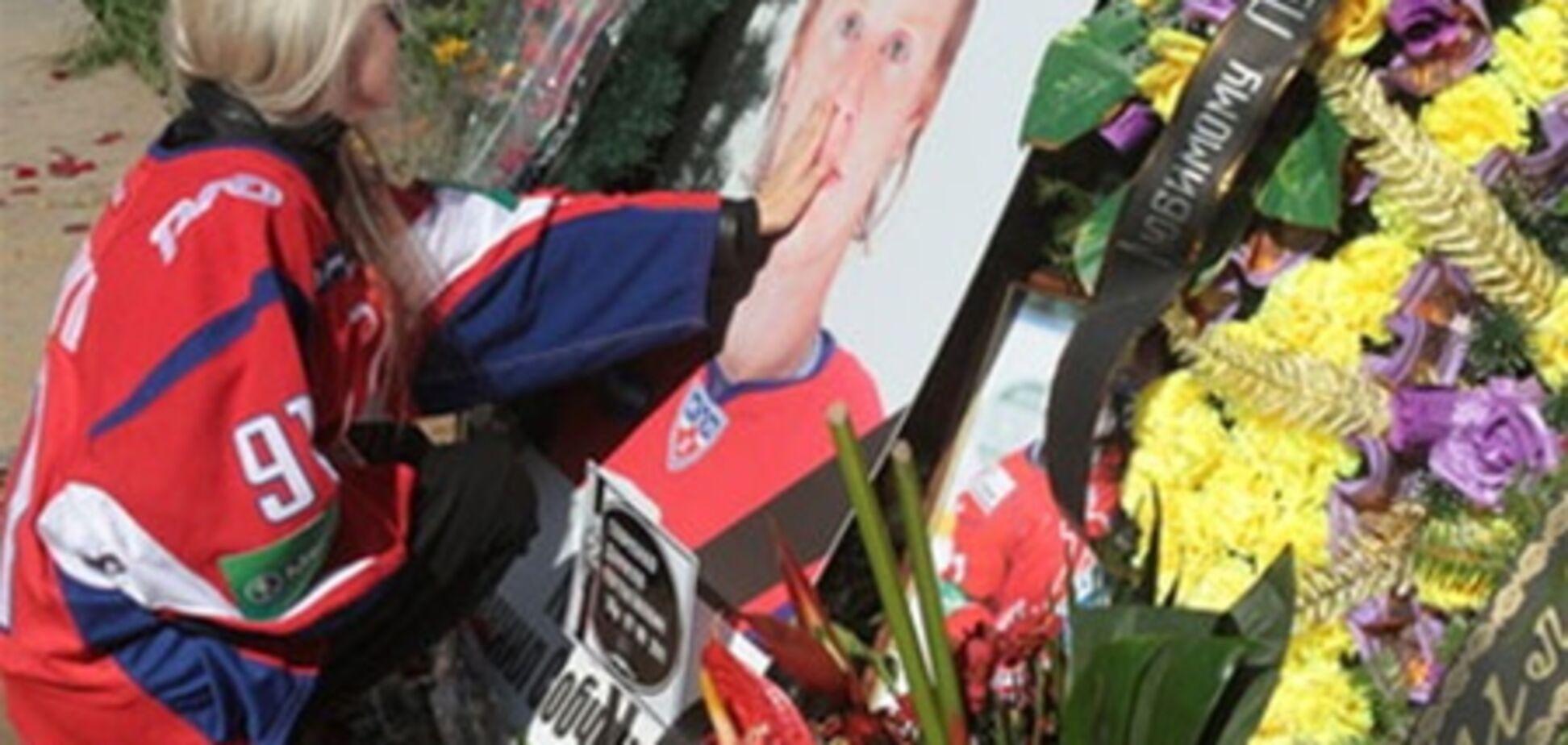 Похороны хоккеистов: невеста погибшего надела его форму и обнимала закрытый гроб