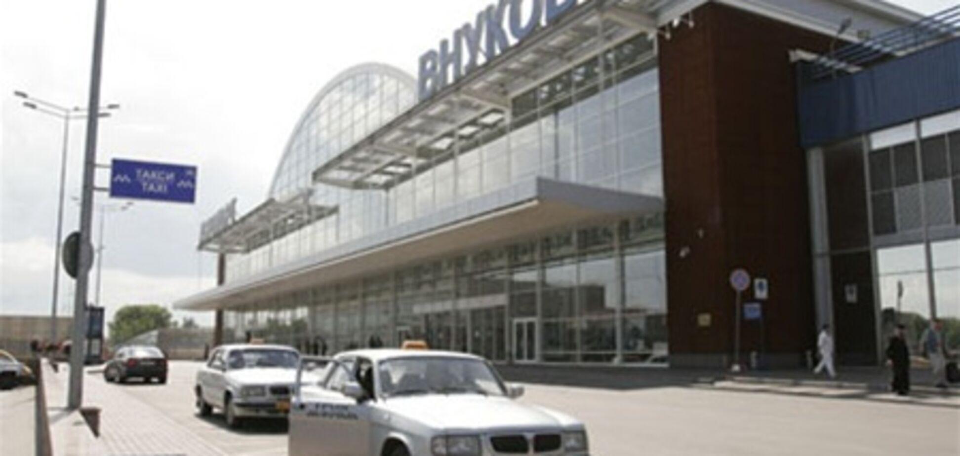 Во 'Внуково' самолет не разминулся с мачтой освещения