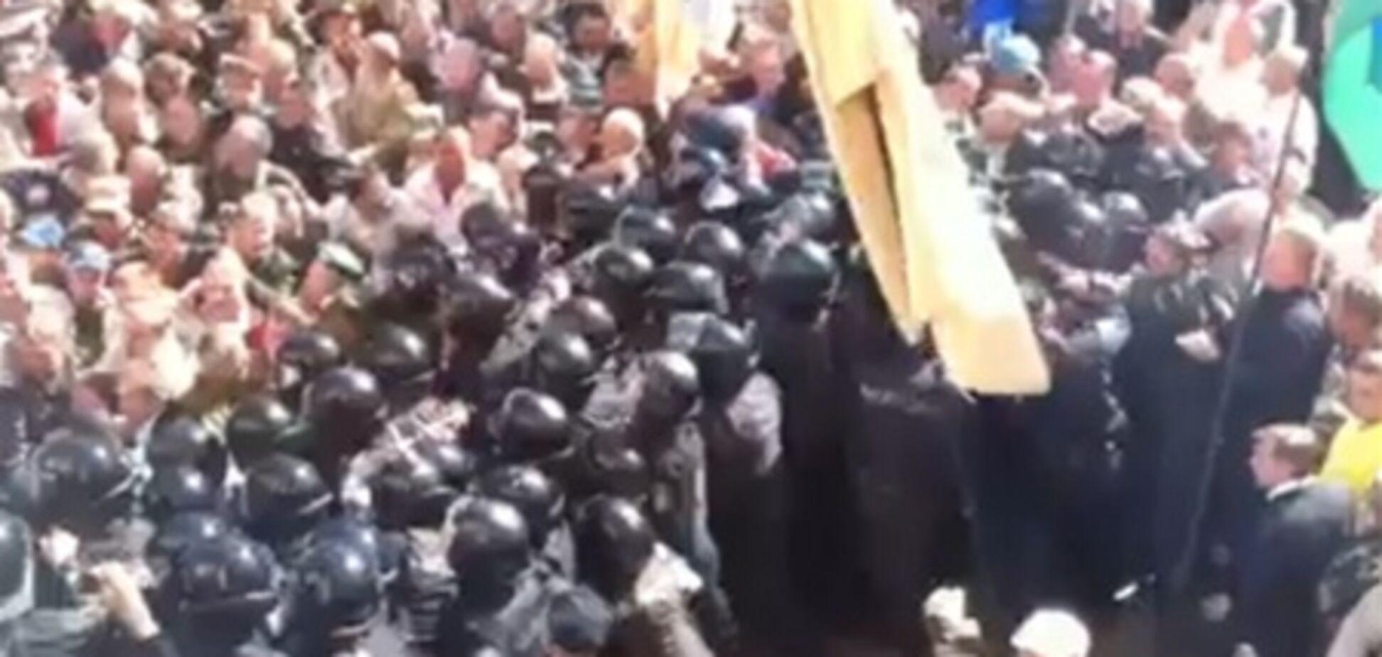 ОМОНу вдалося врятувати нардепів від протестуючих під Радою афганців. Відео