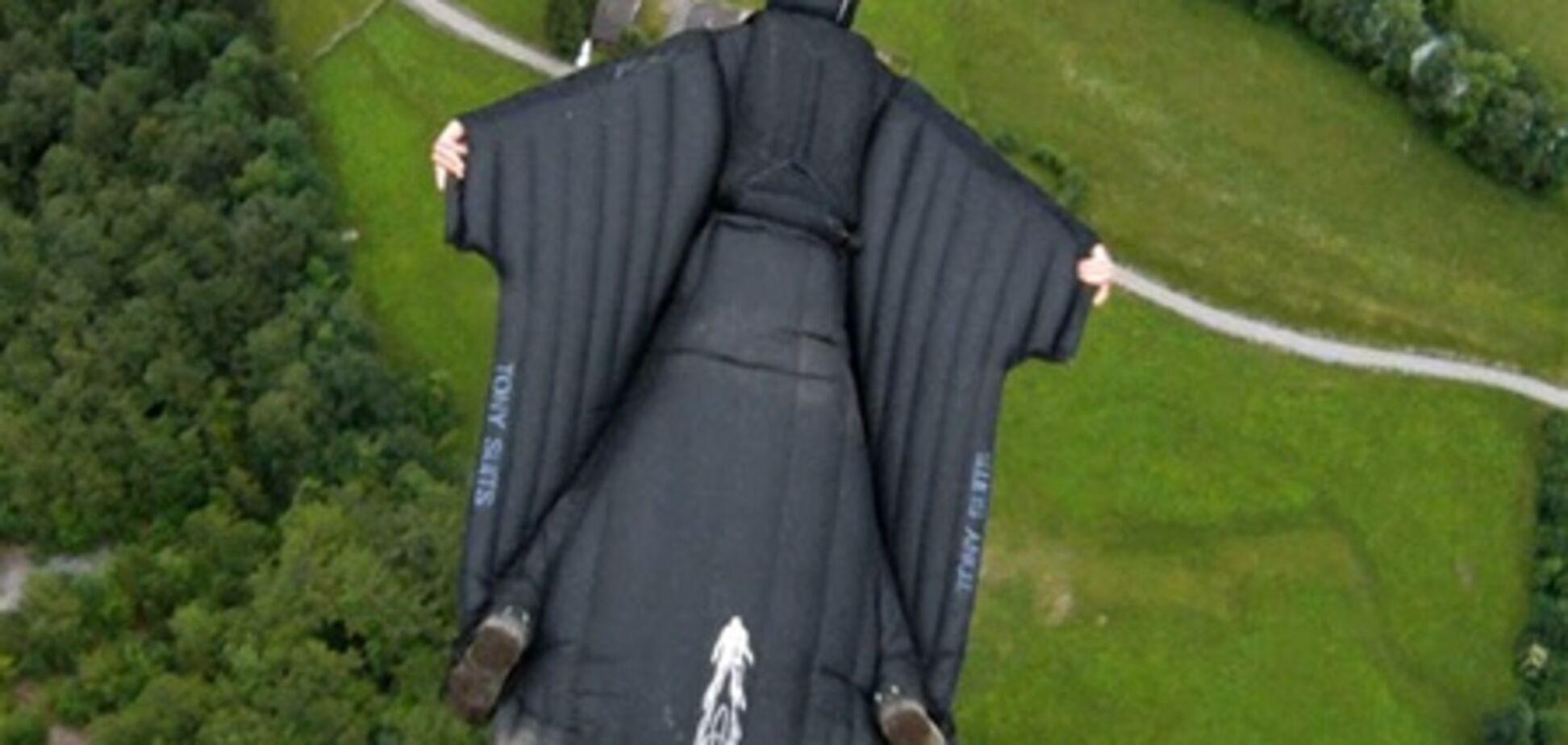 Каскадер на искуственных крыльях спрыгнул с высоты 5 000 футов: Фото