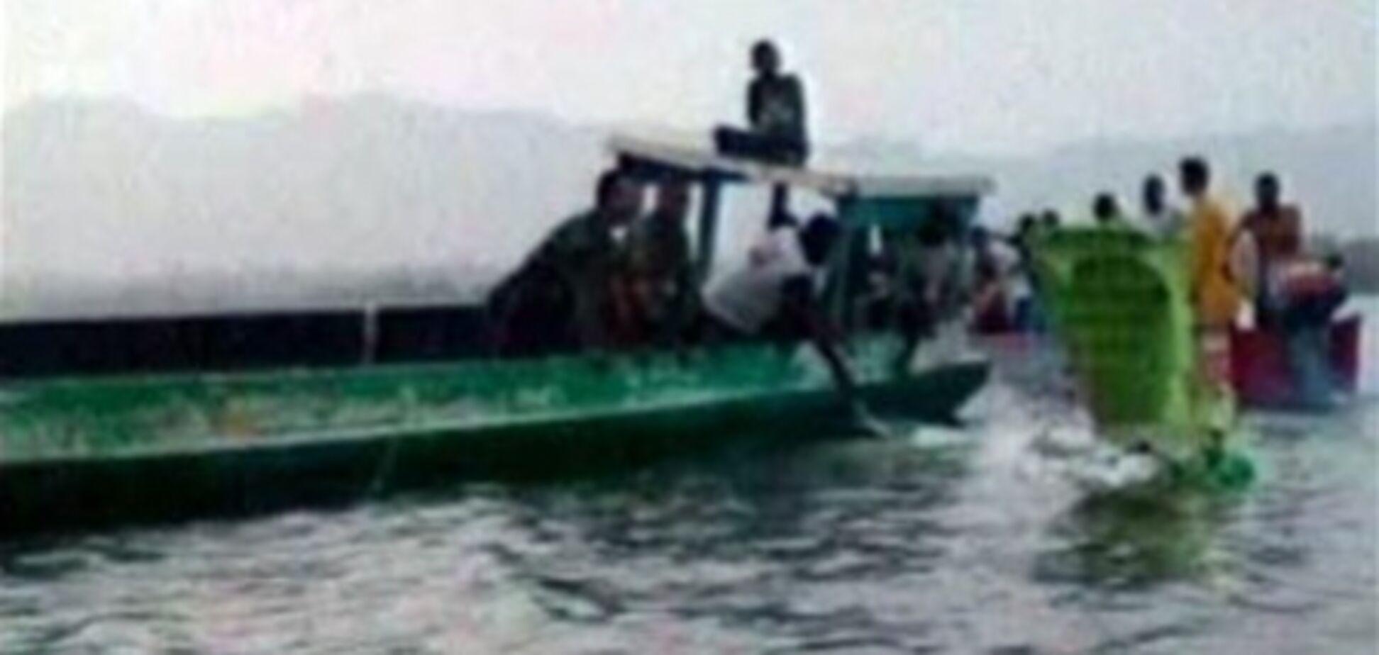 В Індонезії горить судно з 300 пасажирами на борту