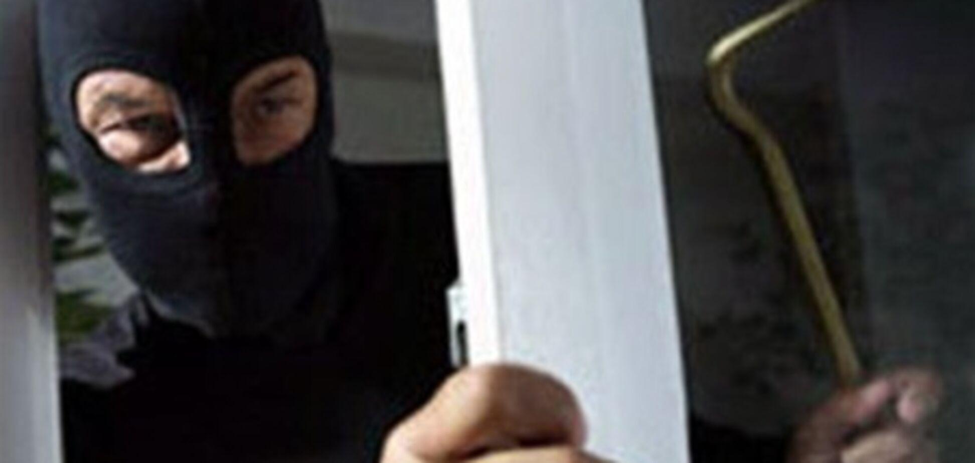 В Борисполе мужчина с помощью лома  пытался взломать банкомат