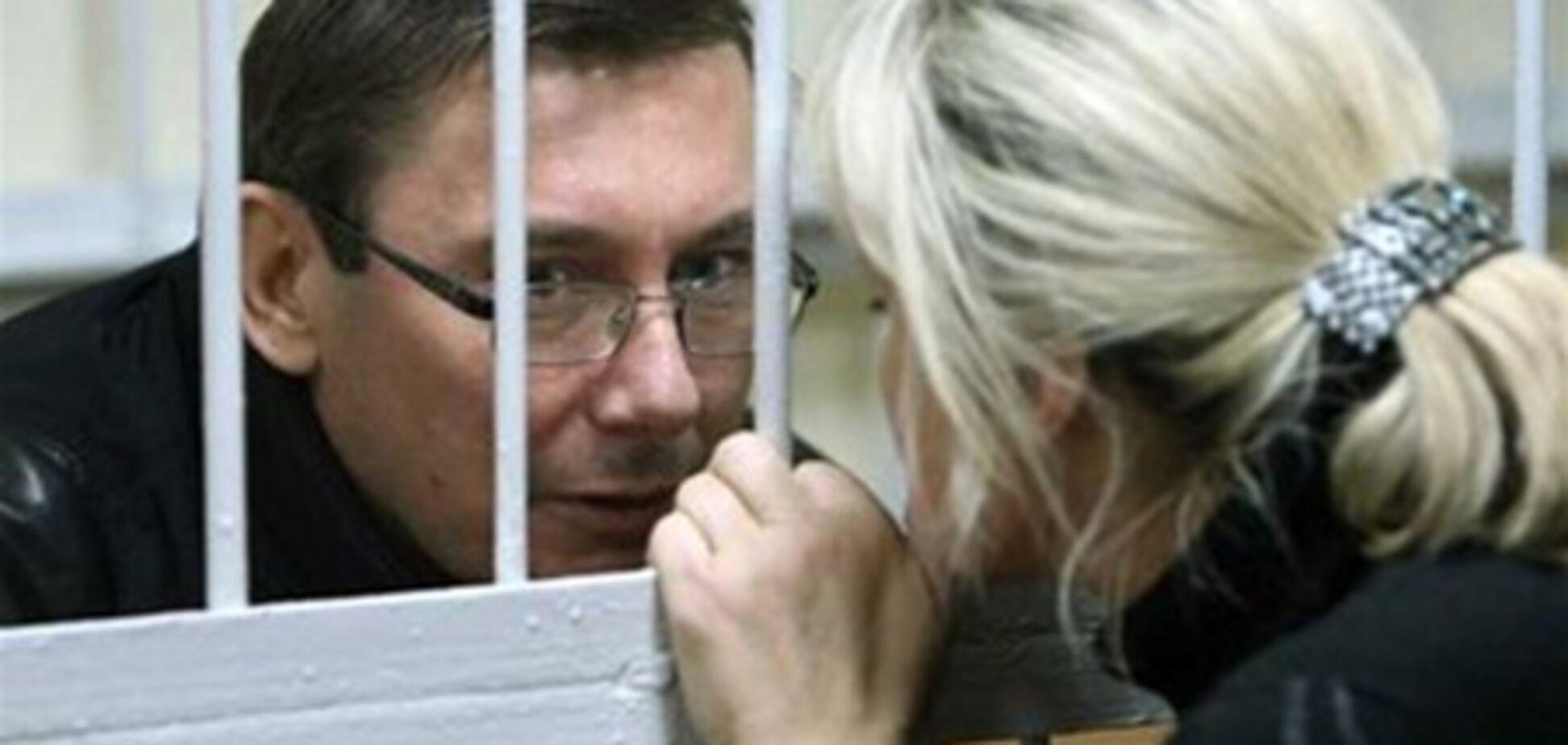 Жена Луценко лечит мужа разными травами