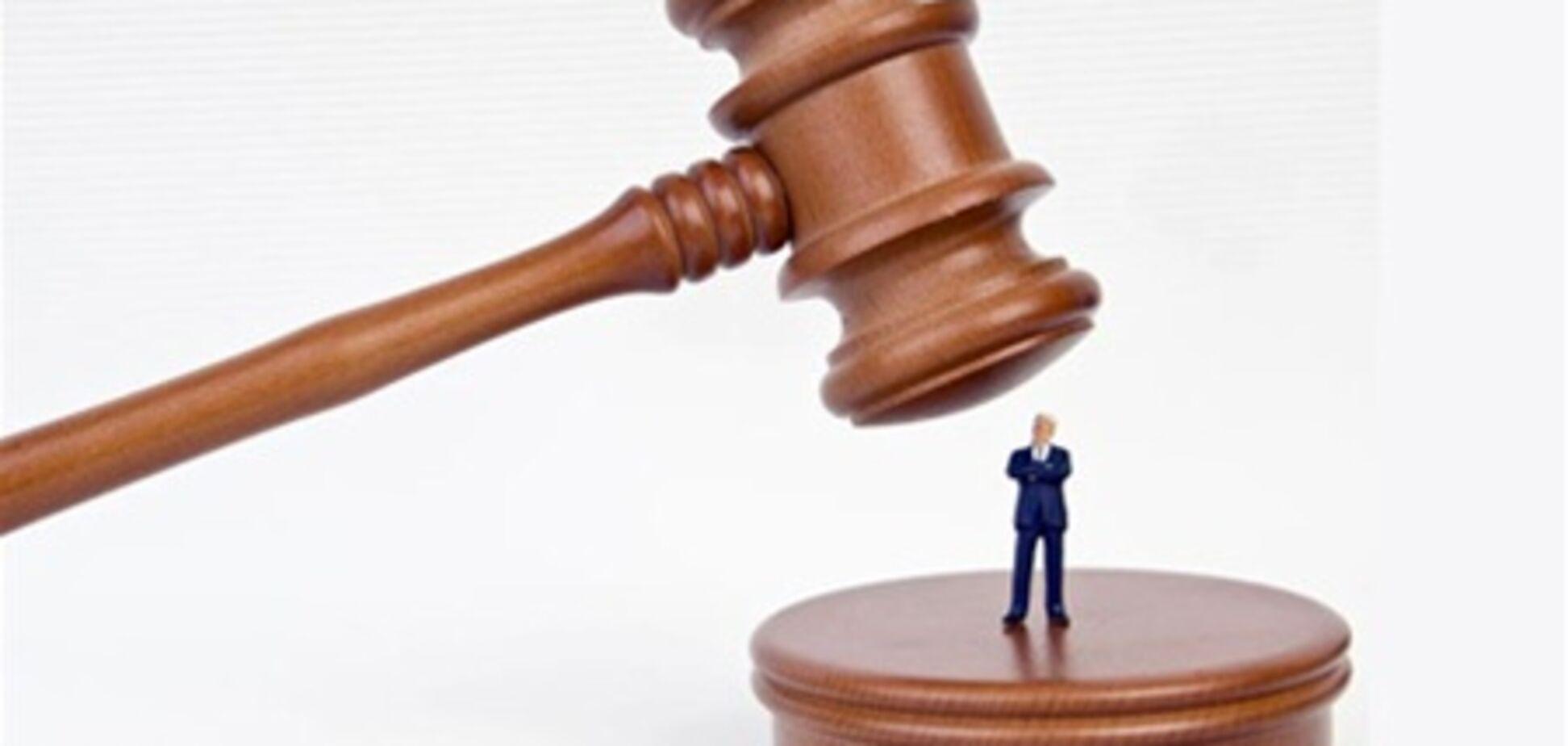 Найабсурдніші судові позови року: 'зек проти заручників' і 'діти проти мами'