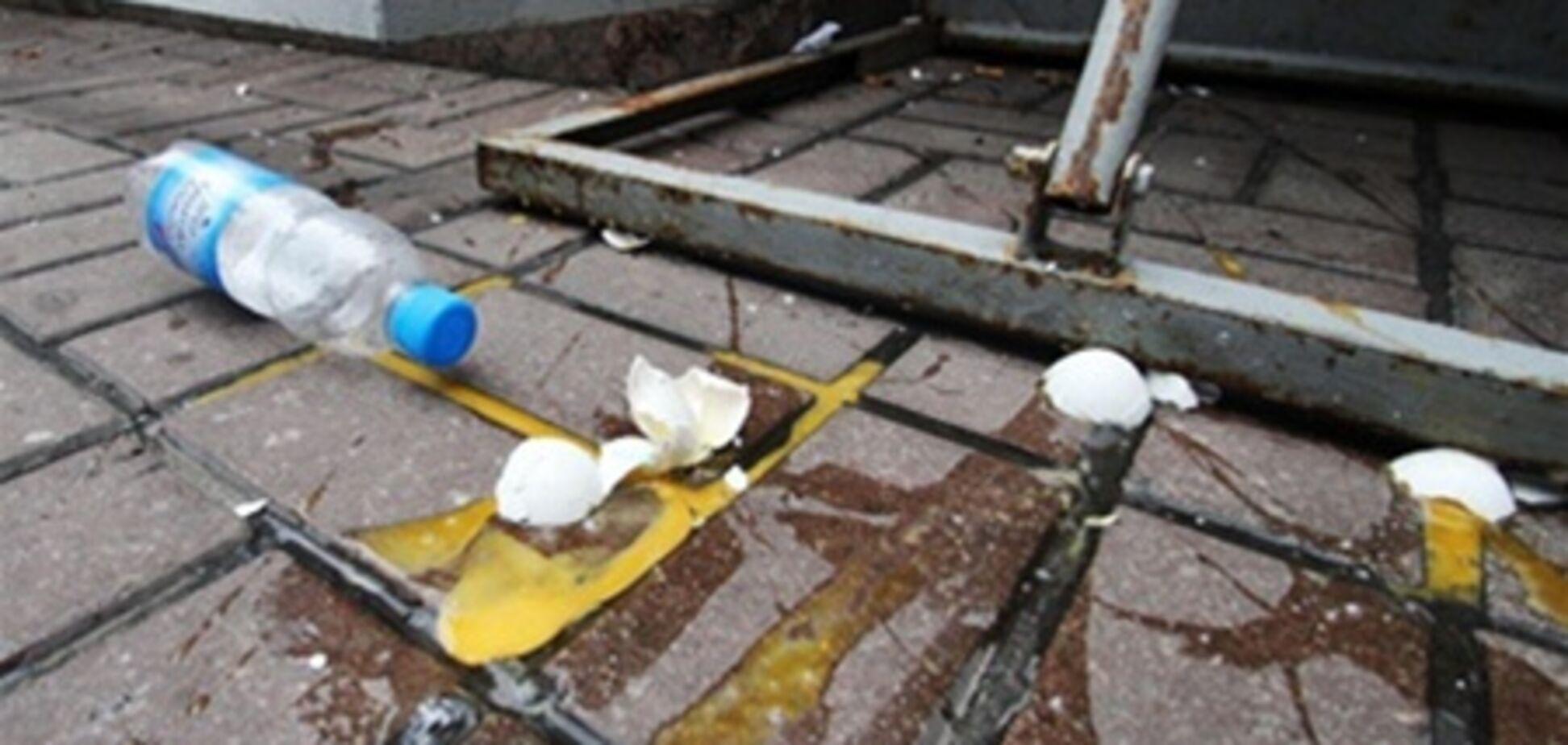 Под Донецком коммунисты забросали яйцами активистов 'Свободы'. Видео