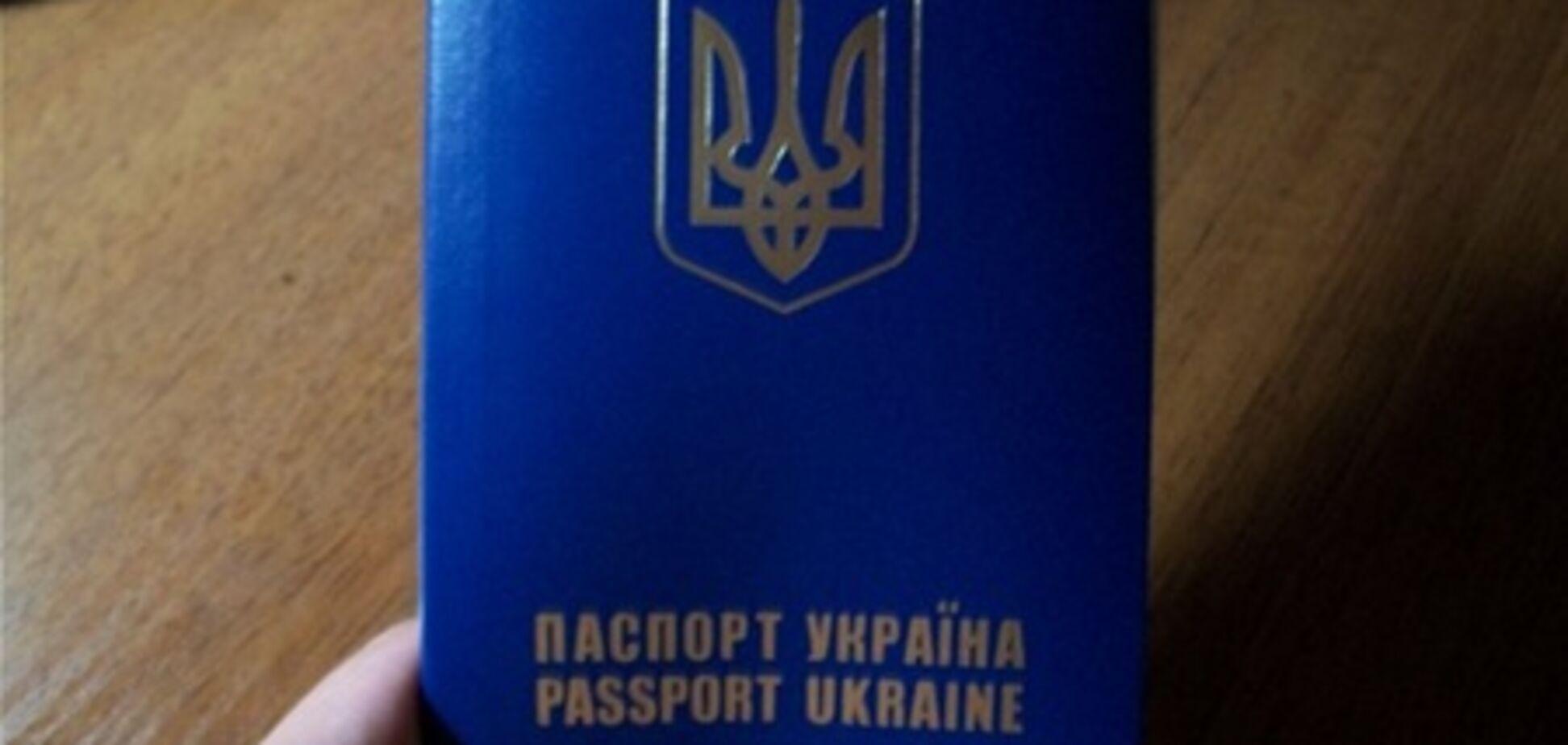 В Україні закордонні паспорти видаватимуть з 16 років