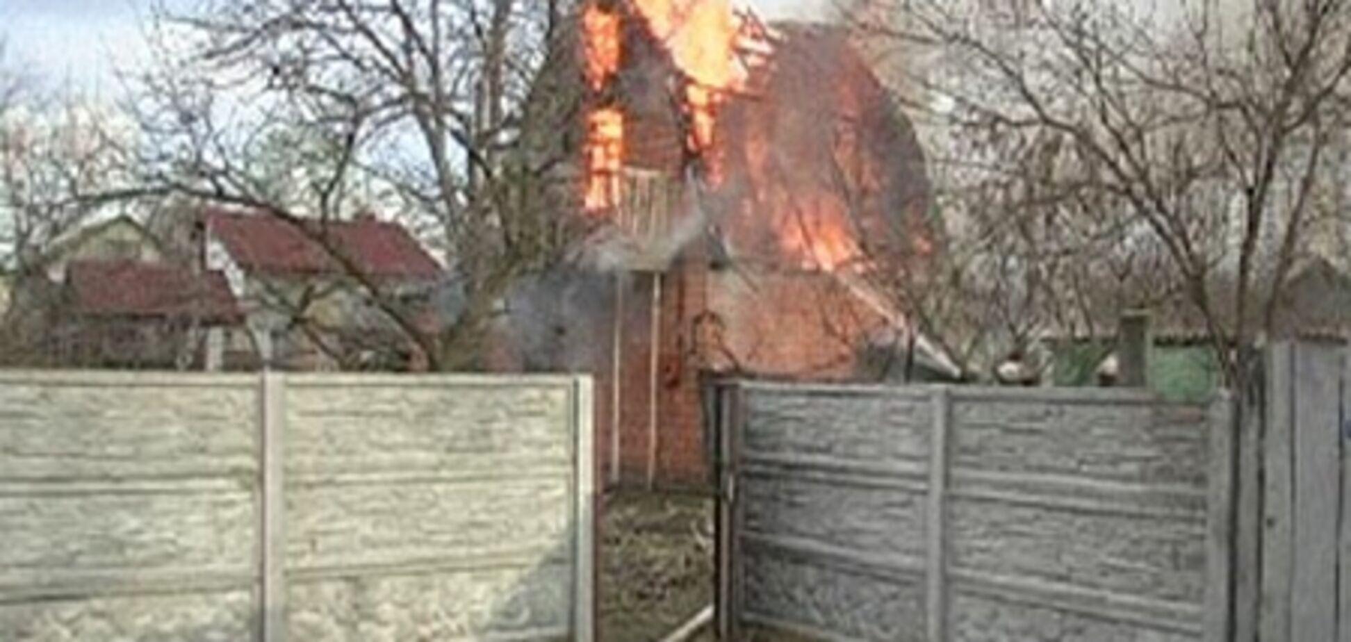 В Киеве компания молодежи сожгла дачный дом