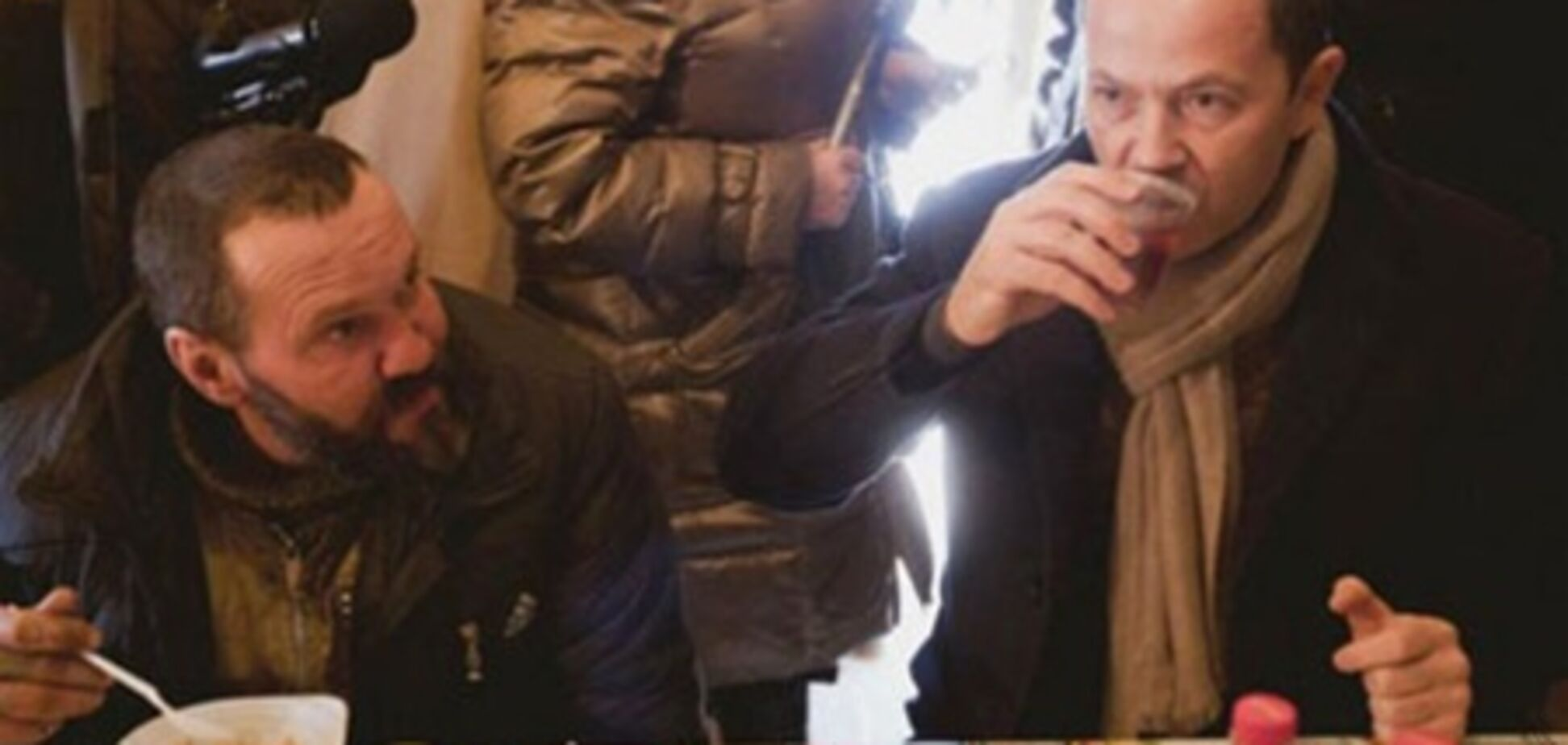Тігіпко їв з бомжем кашу. Фото
