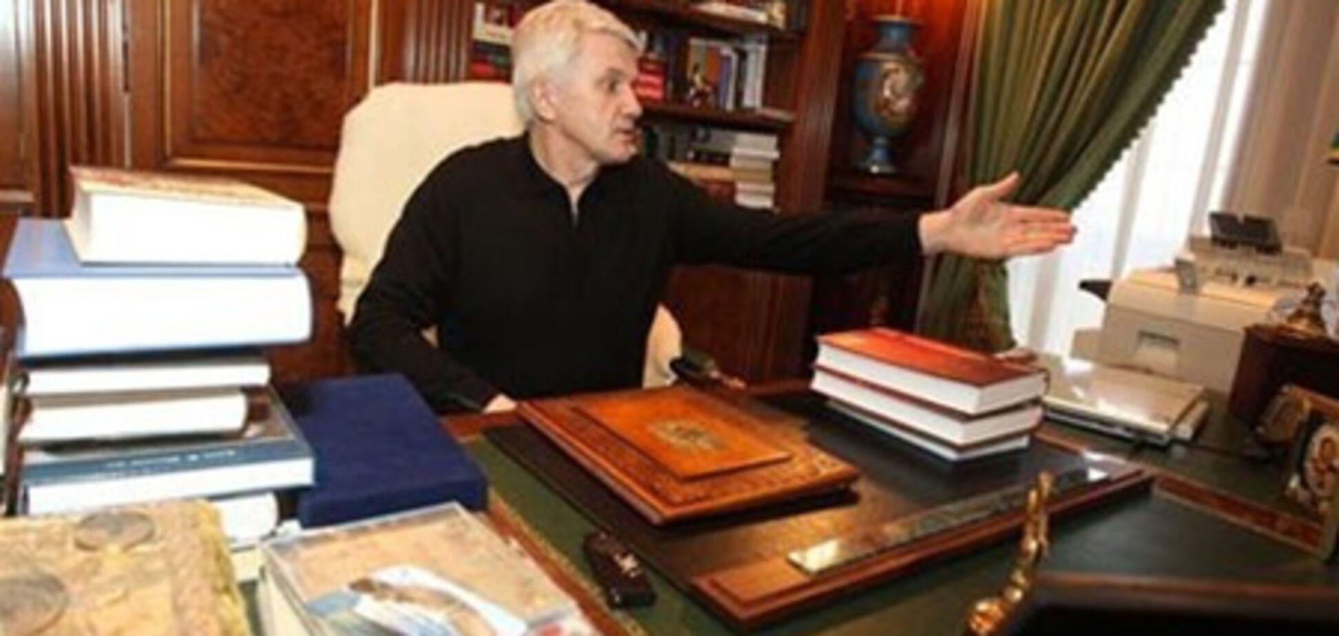 Литвин в домашних тапочках показал кабинет на даче
