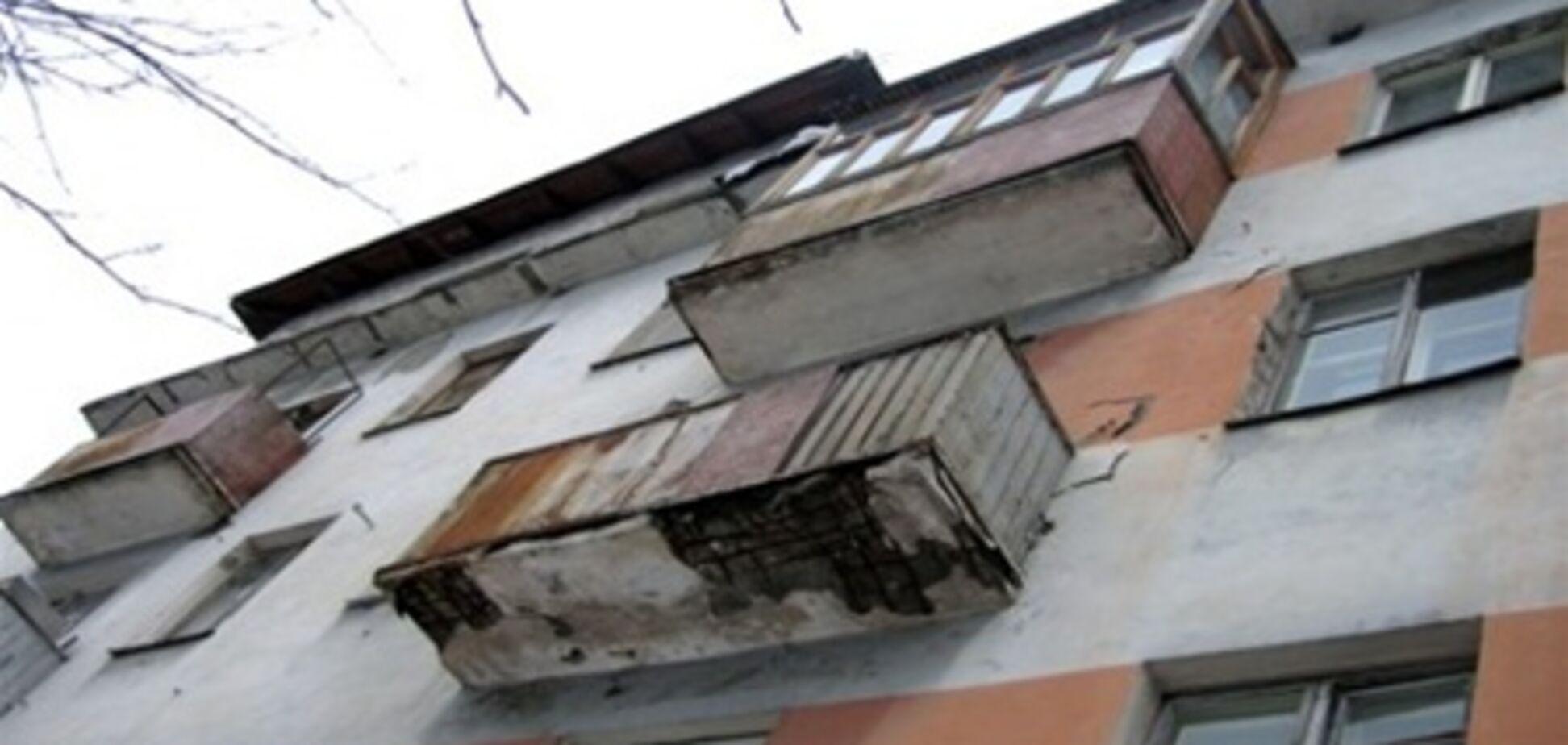 В Кременчуге люди синхронно выпадают с балконов