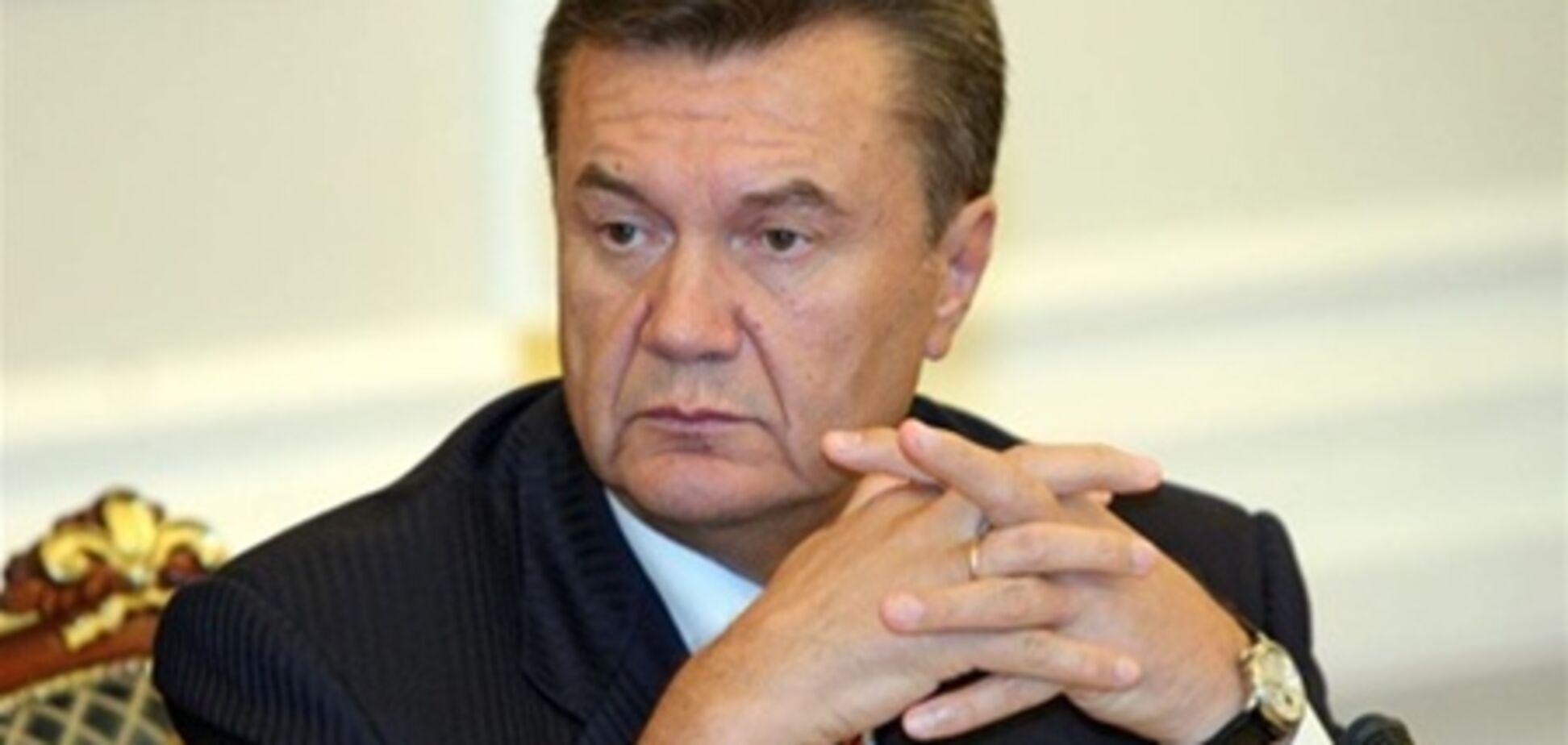 Януковичу до Різдва подарували фігурку янгола
