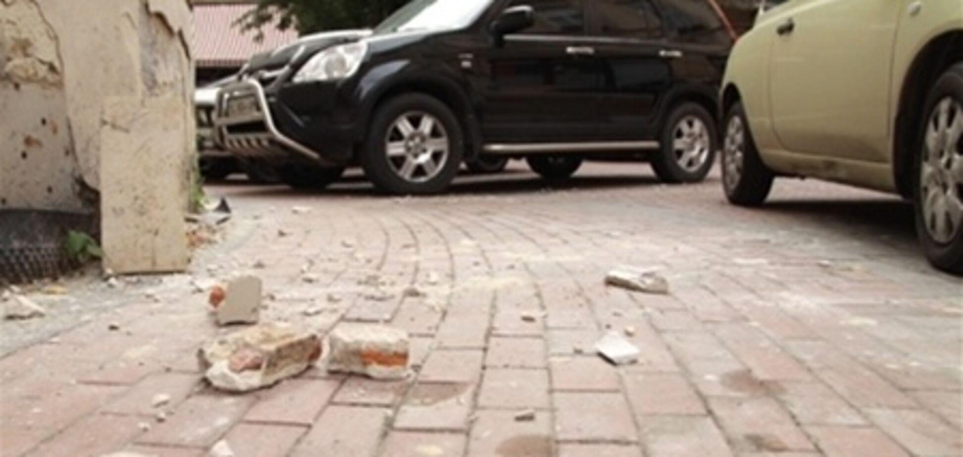 В центре Львова девушке на голову обвалилась штукатурка