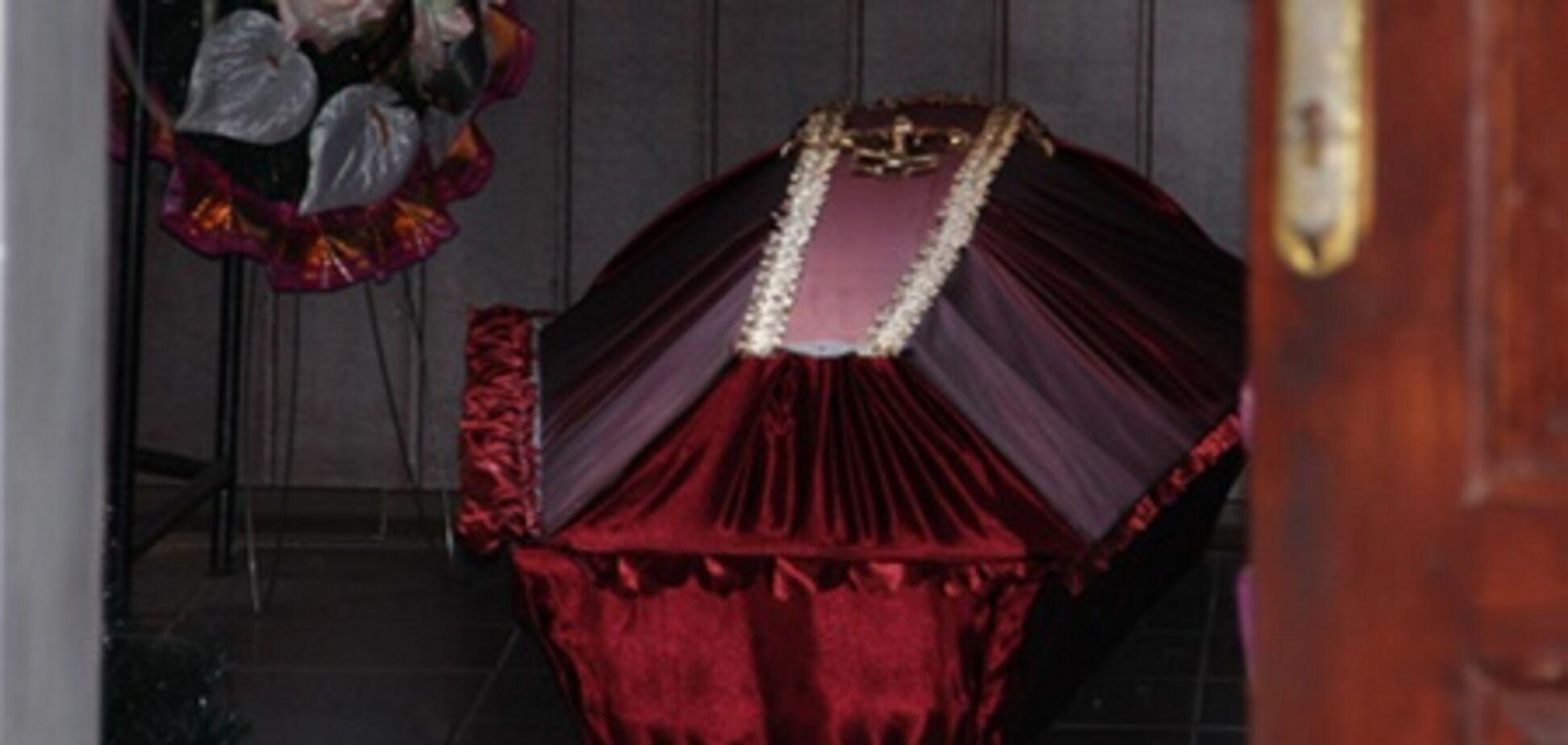 У Житомирі чоловік проміняв подружнє ложе на труну. Фото