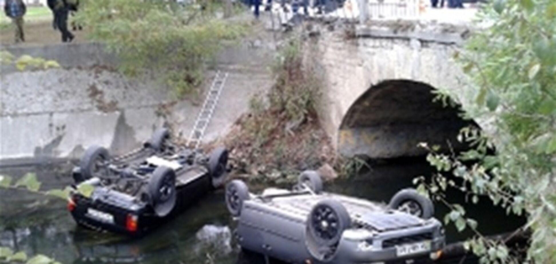 ДТП в Крыму: два автомобиля слетели с моста в реку. Фото. Видео