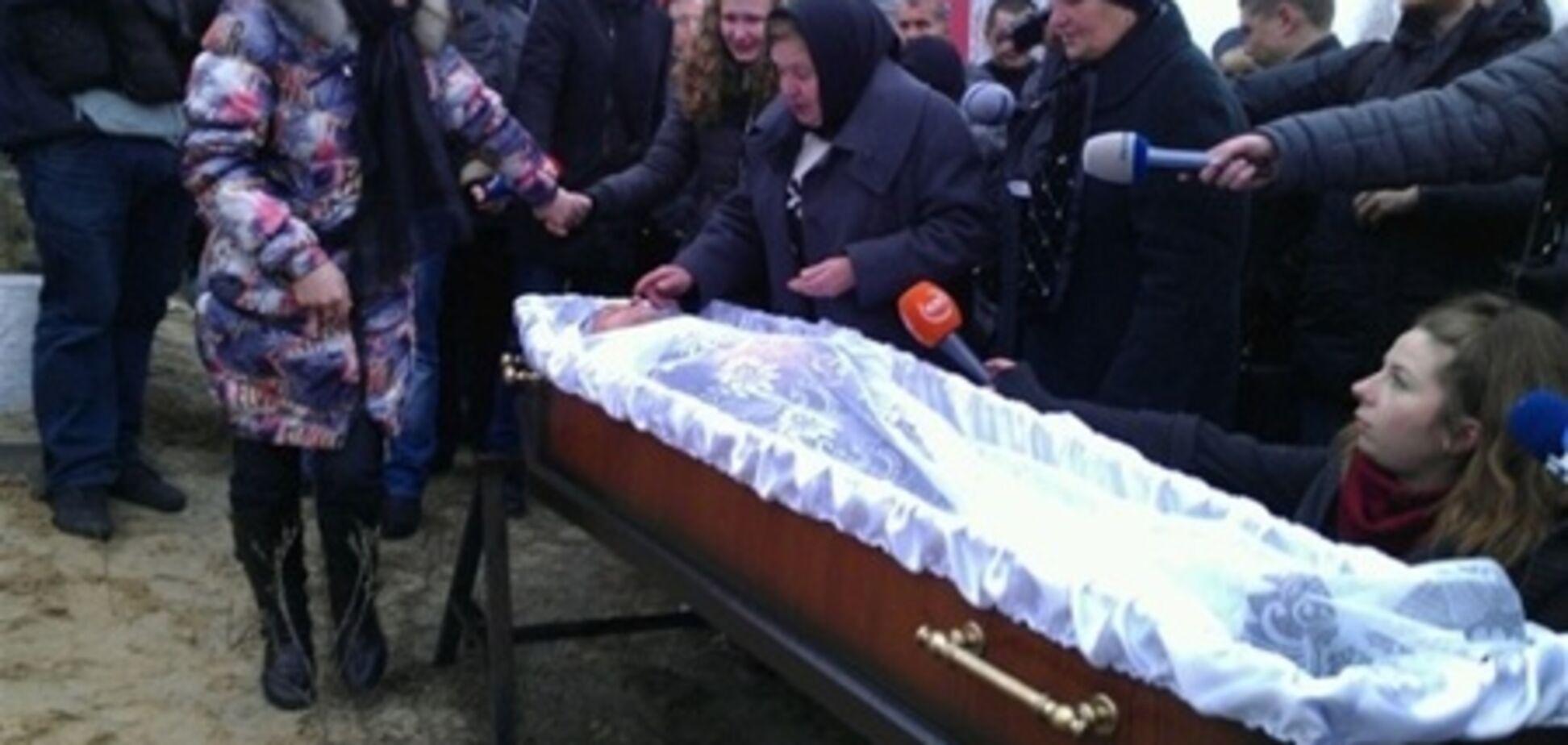Над могилою Мазурка поставили червоний хрест