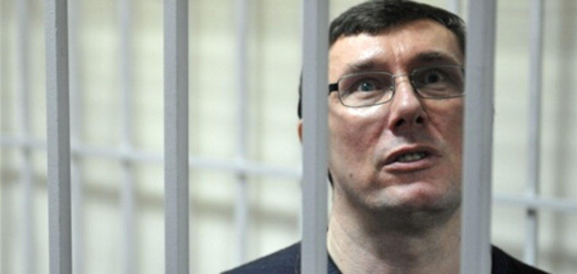 Луценко у в'язниці склеїв тисячі конвертів