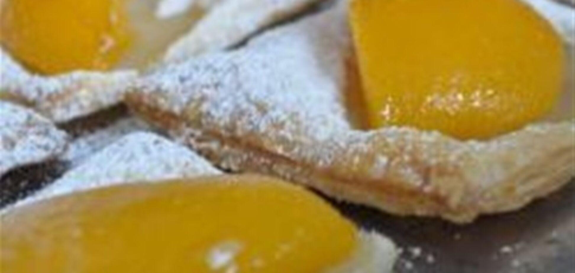 Листкові булочки з персиками