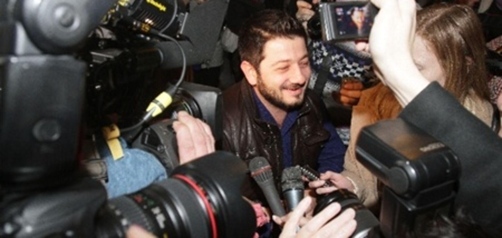 Журналисты едва не задушили Галустяна. Фото
