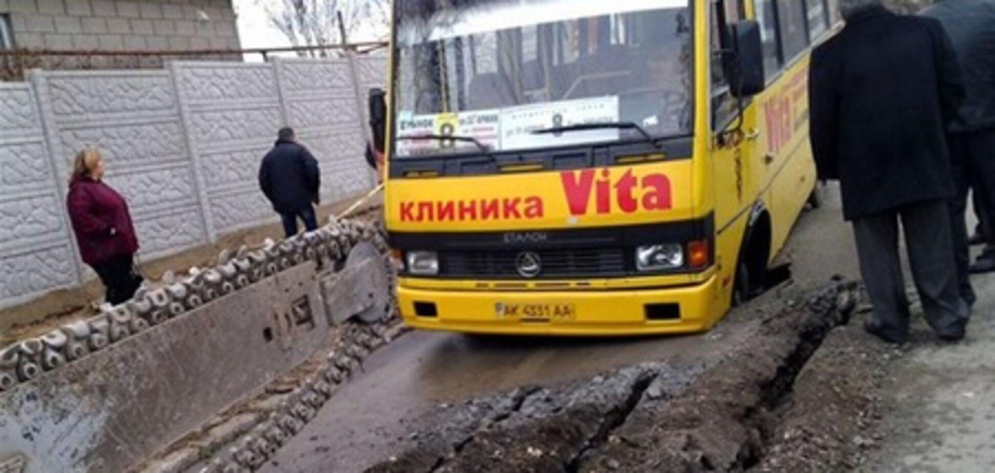 У Сімферополі маршрутка провалилася під асфальт