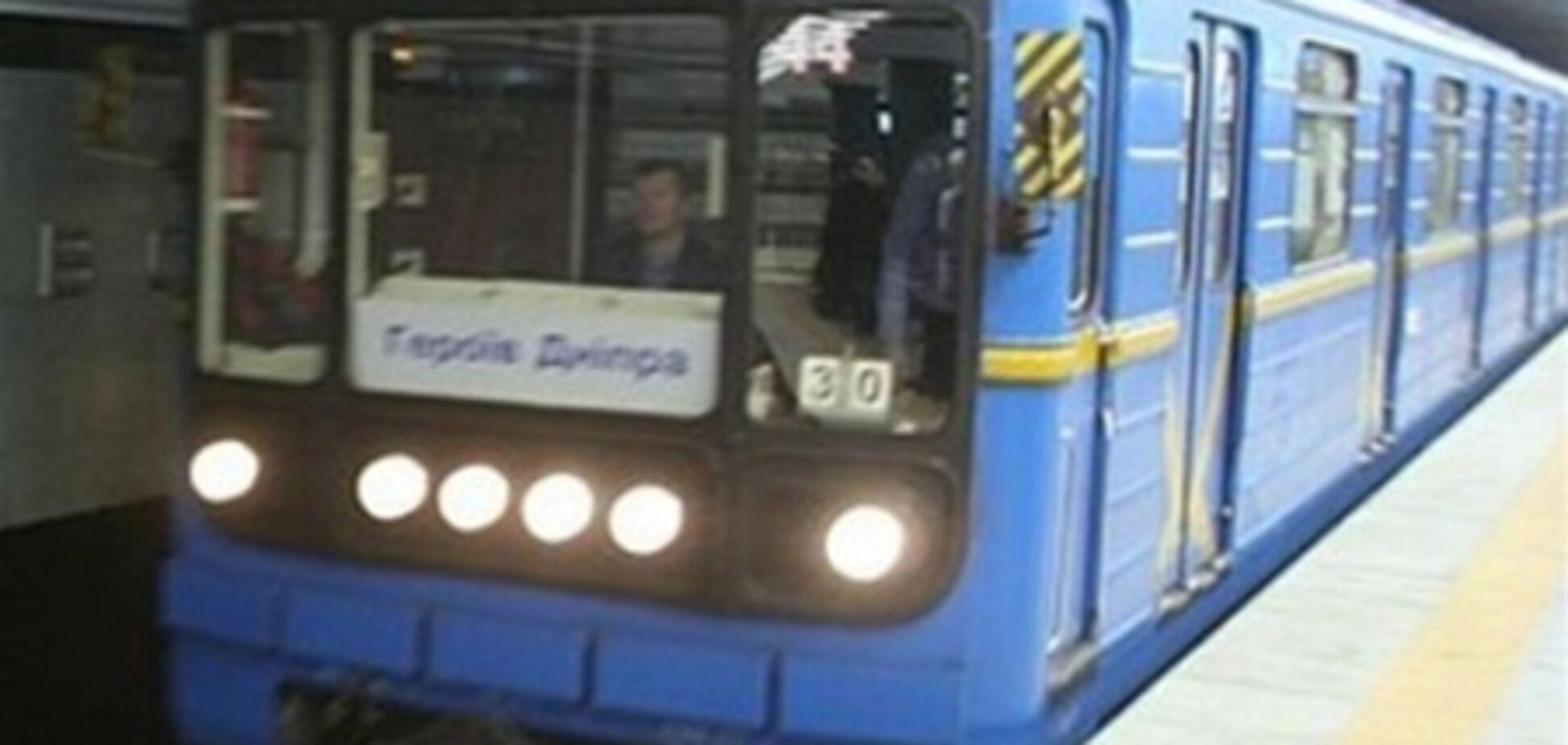 В столичном метро перед поездом упал мужчина