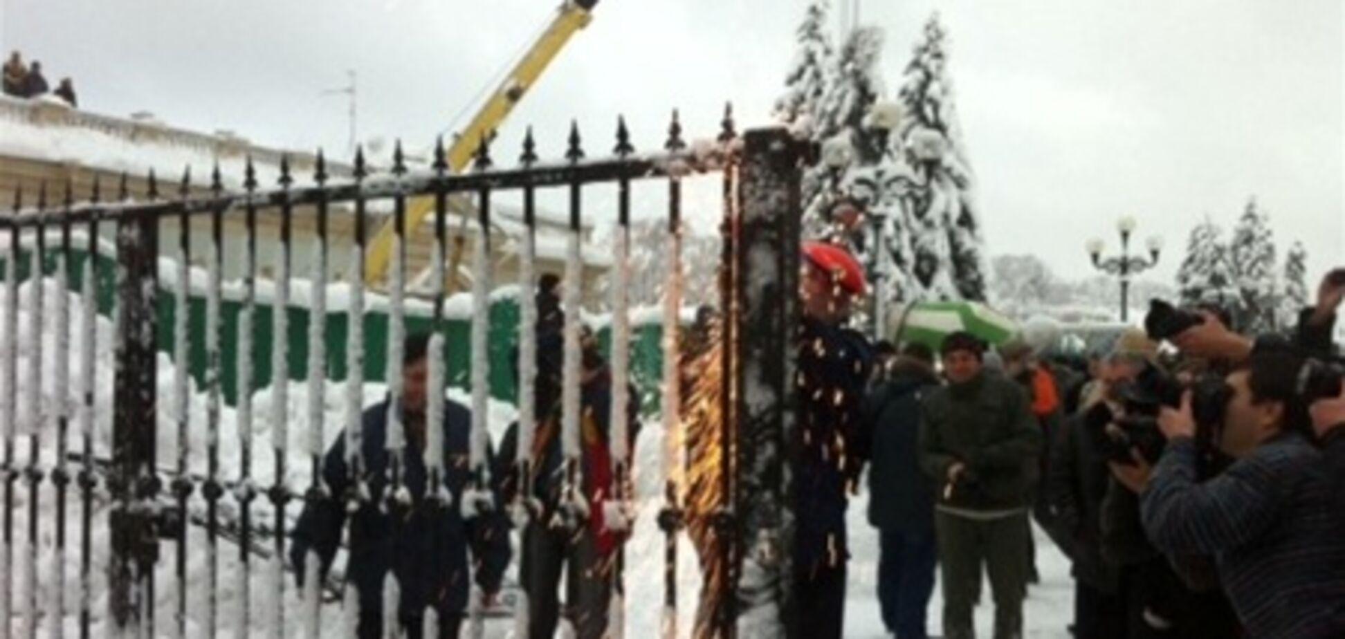 'Свобода' снесла ворота под Радой. Добавлено видео