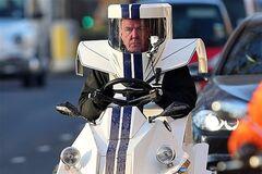 Ведущий Top Gear испытывает 'скафандр на колесах'. Фото