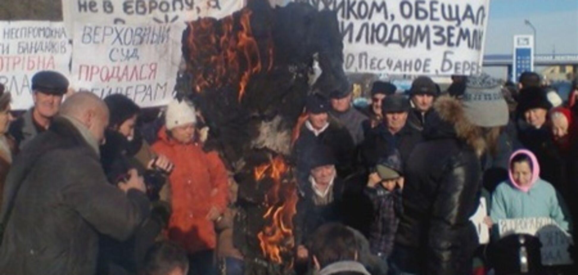 Під Бахчисараєм кримчани підпалили рейдера і вляглися на трасу. Відео