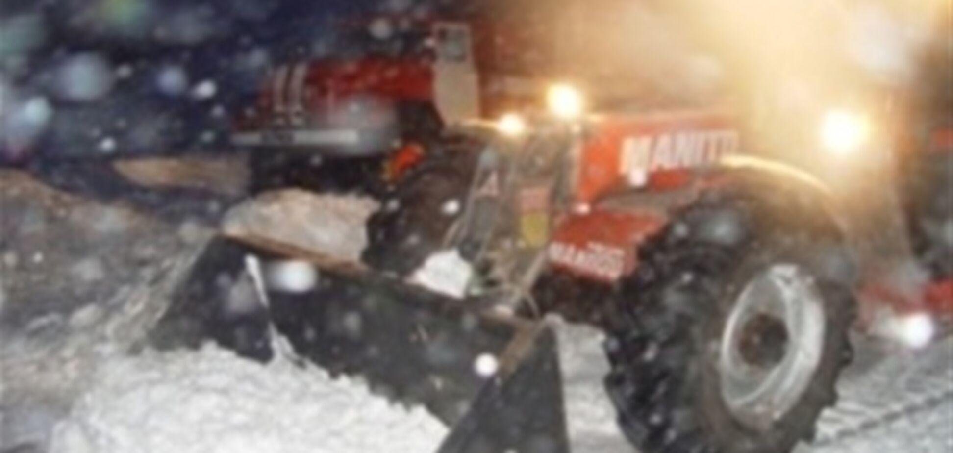 На трасі Київ-Чоп в'їзд в деякі села завалений снігом. Відео