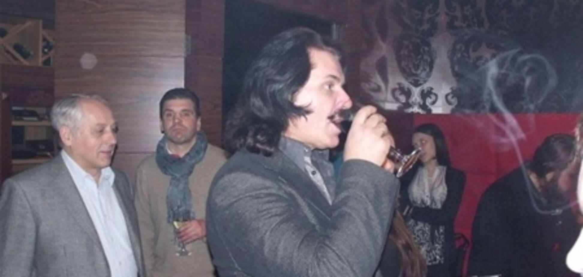 Зибров выпивает с журналистами. Фото