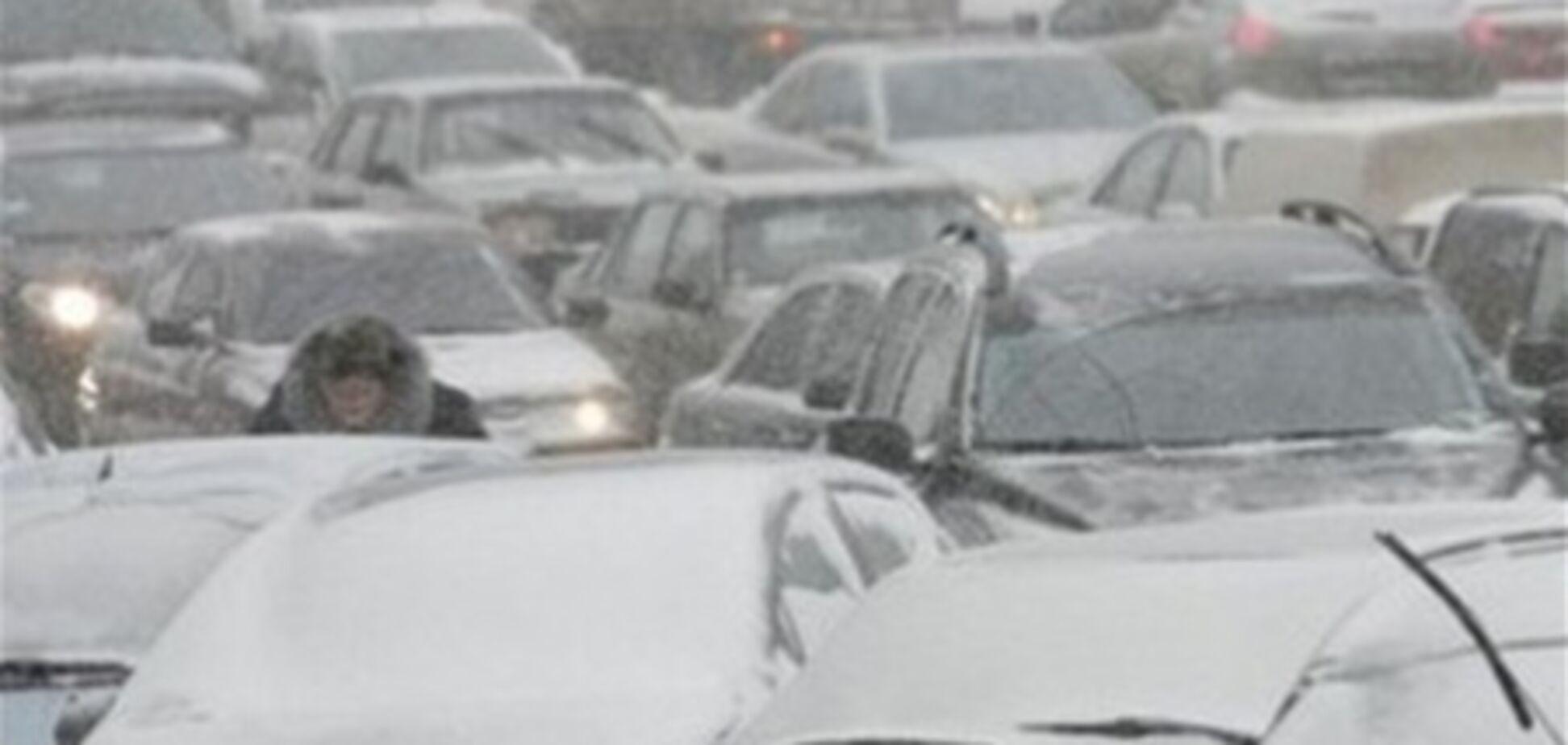 Жителі Львівщини продавали замерзаючим в снігу водіям хліб по 20 гривень