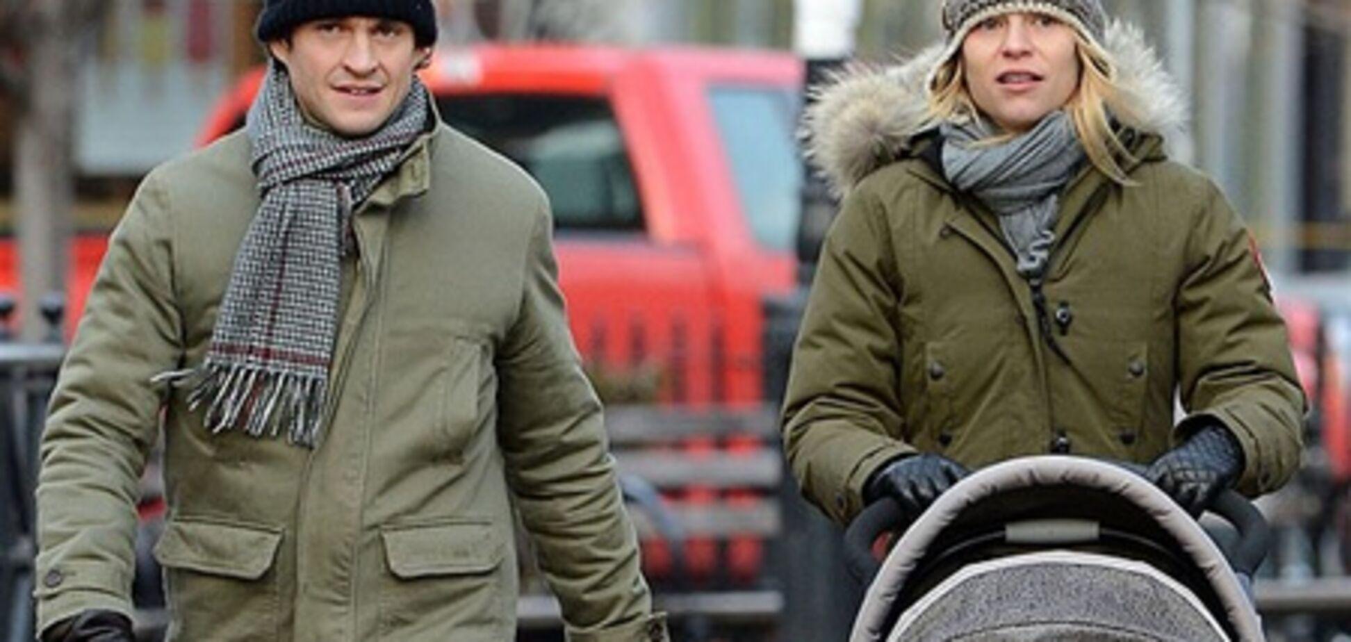 Клэр Дэйнс впервые вышла на прогулку с сыном. Фото