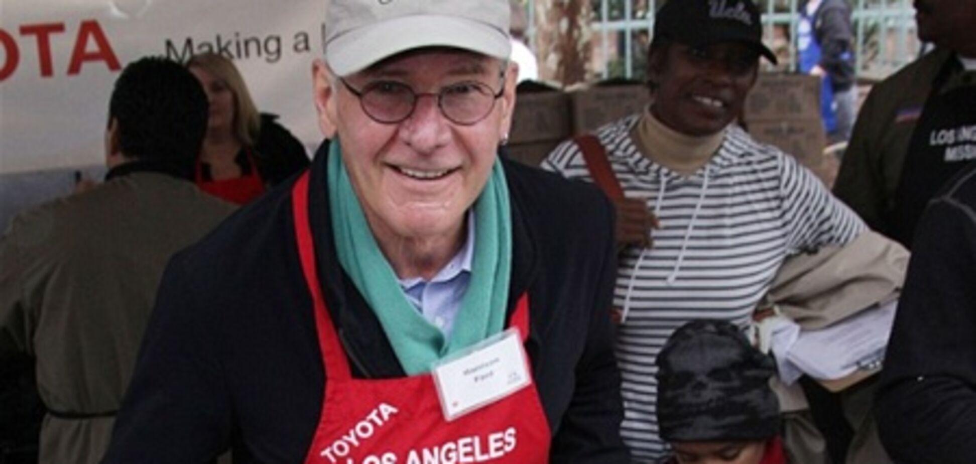 'Индиана Джонс' в канун Рождества помогал нуждающимся. Фото