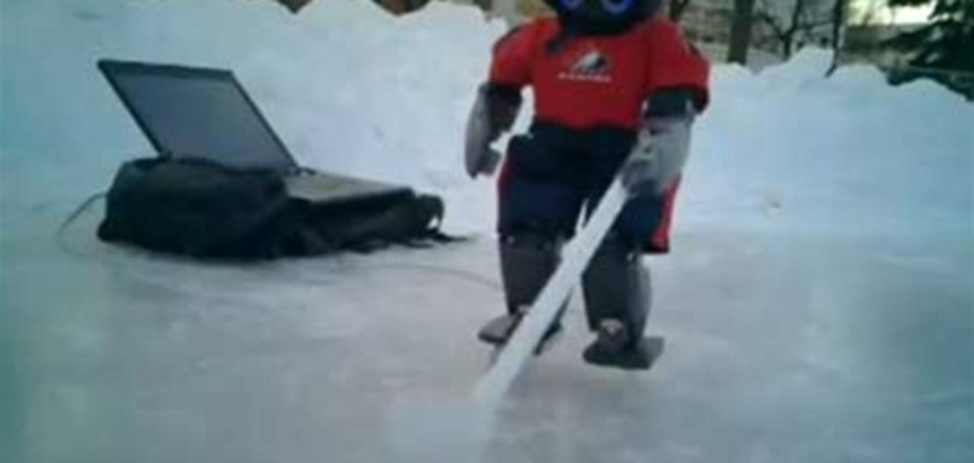 Создан первый в мире робот-хоккеист. Видео
