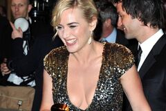 Слегка поправившаяся Кейт Уинслет на вручении премии «Сезар»