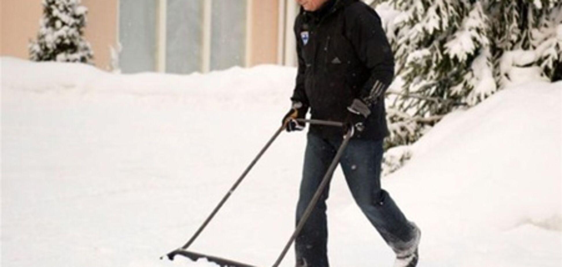 Президент Финляндии лопатой убирает снег на улице