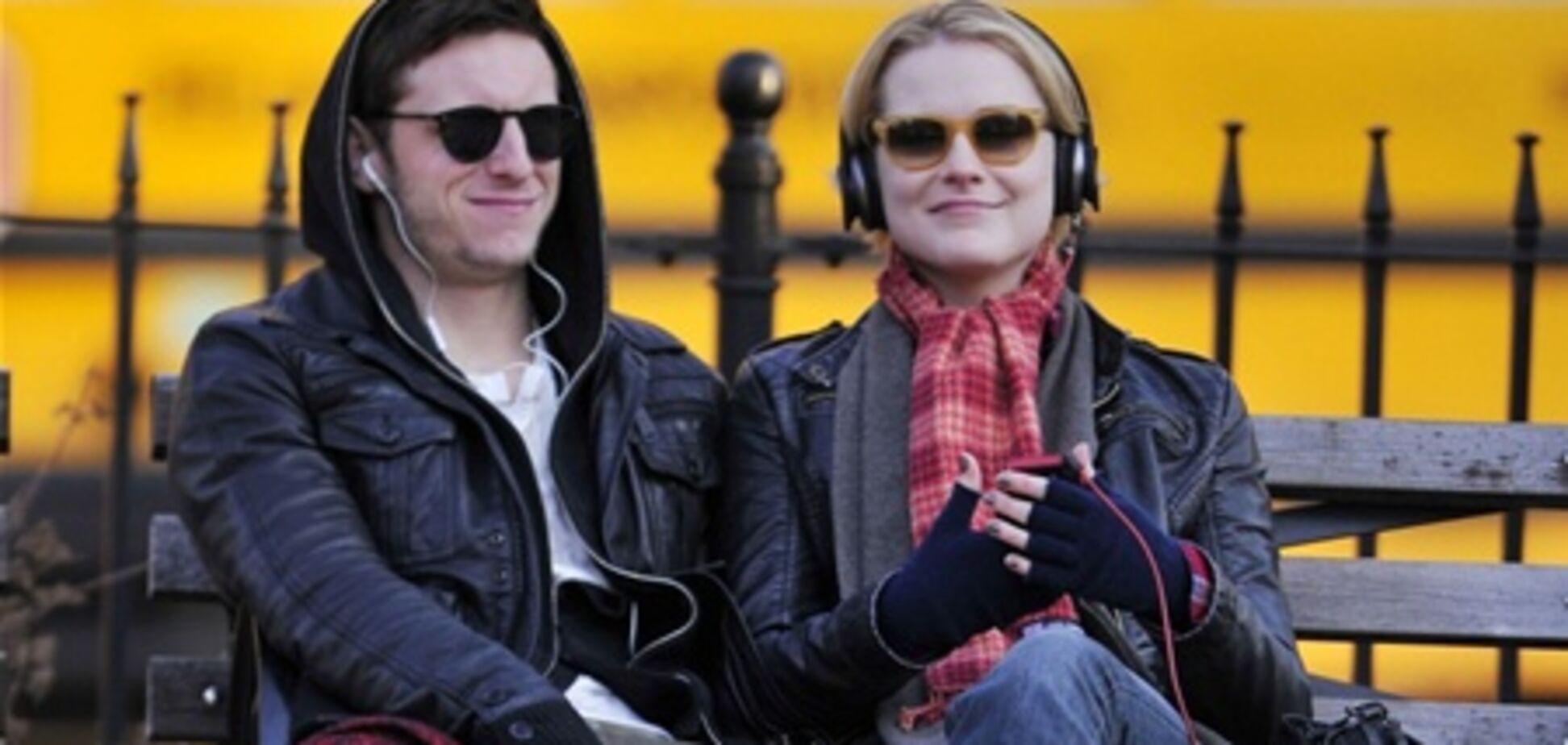 Эван Рэйчел Вуд слушает музыку на свидании. Фото