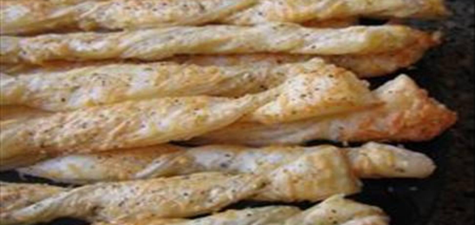 Сырные жгутики из слоеного теста