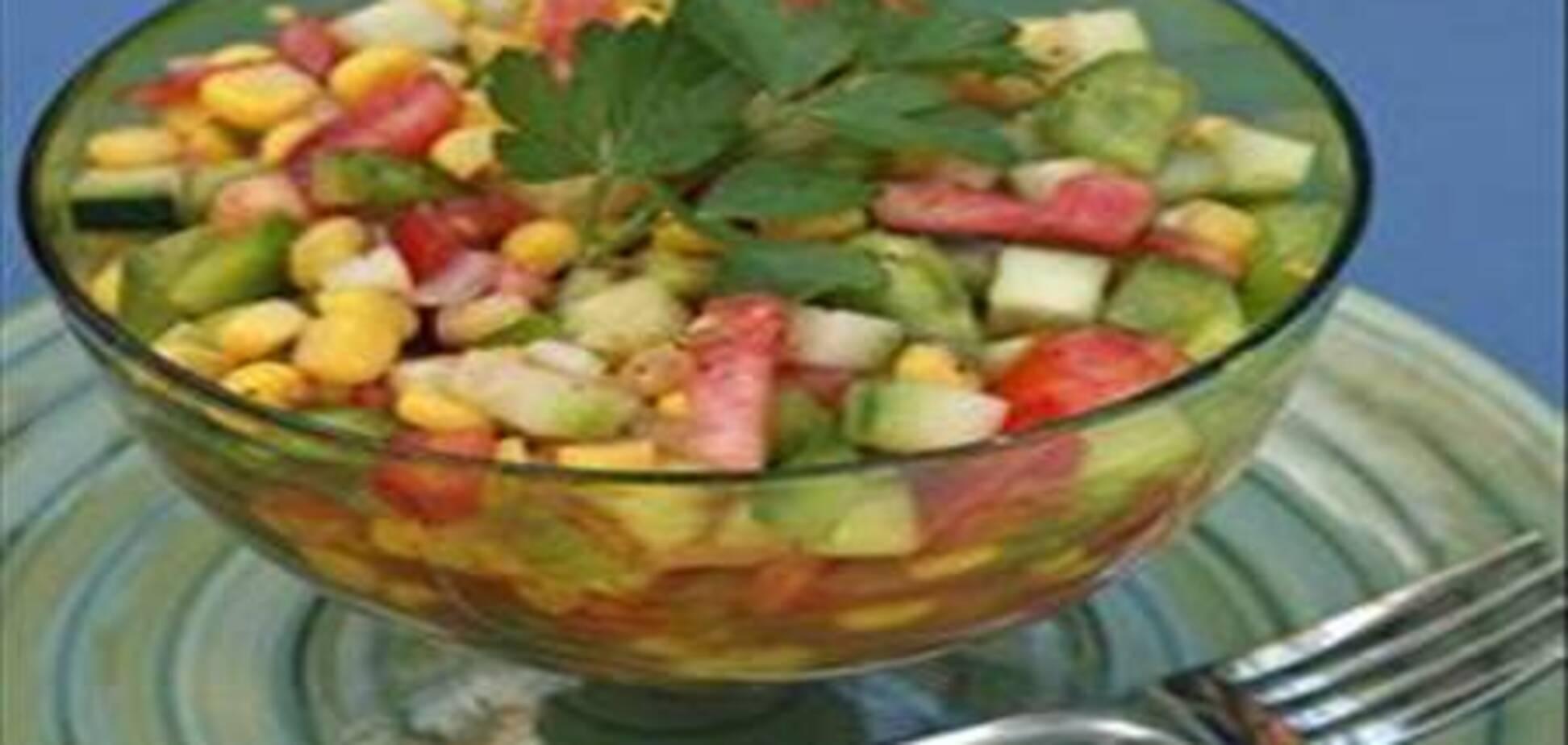 Мексиканский салат из огурцов, помидоров и кукурузы