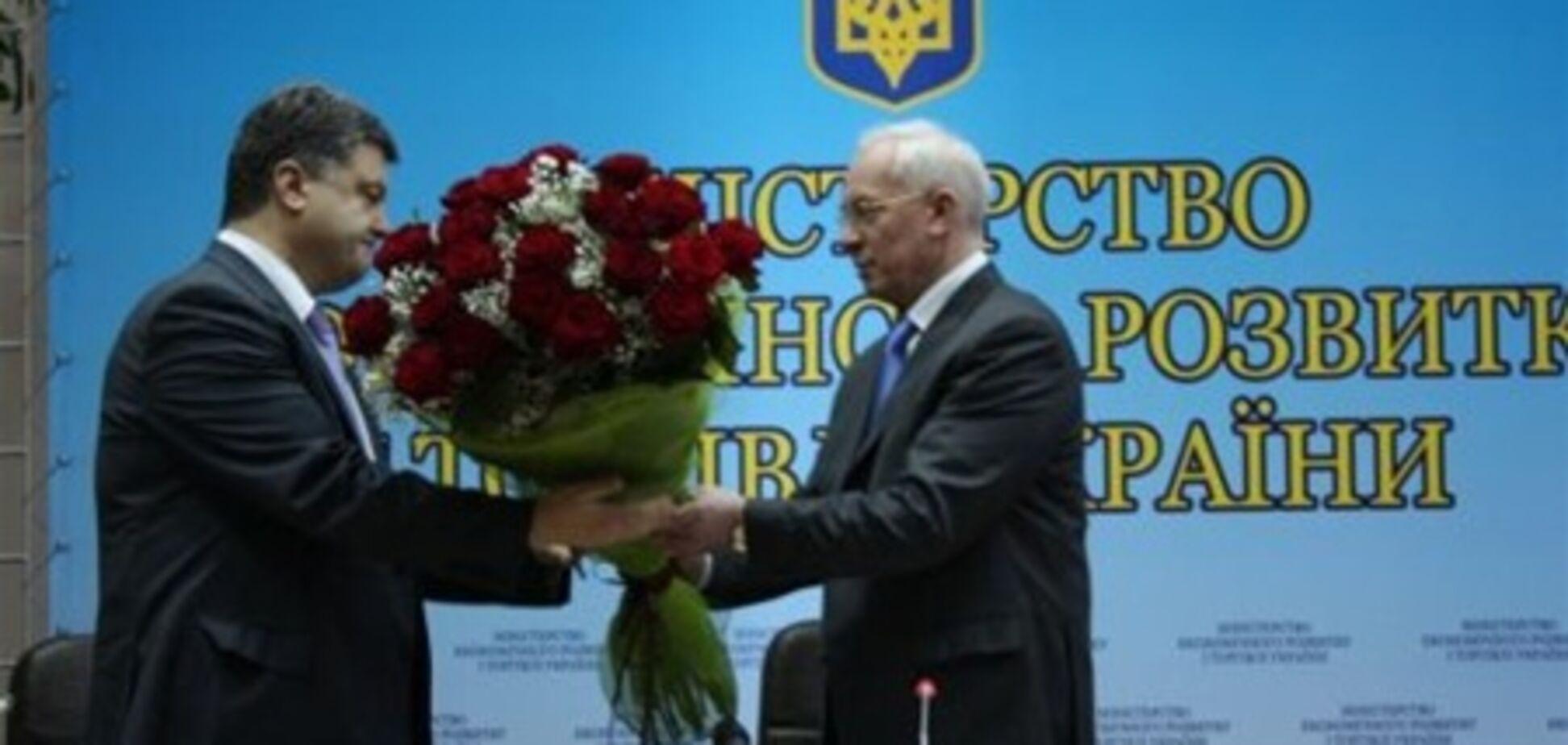 Азаров подарував Порошенко квіти