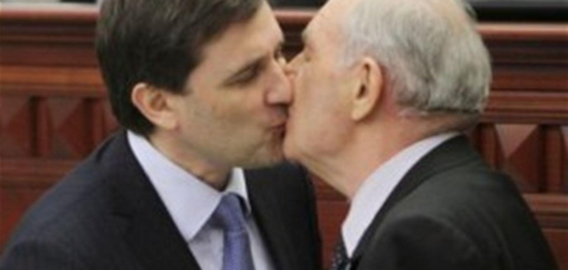 Шок! Губернатор поцілував Ляшко в губи