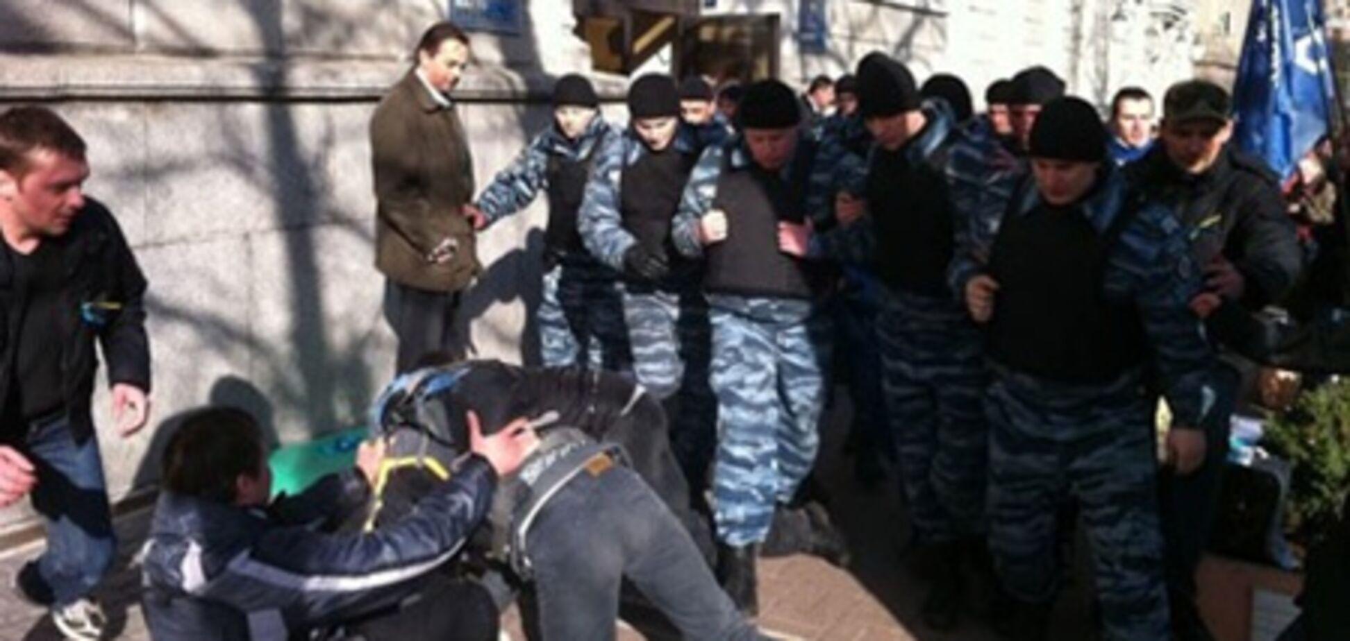 Під будівлею 'Нафтогазу' 'Беркут' напав на активістів. Фото