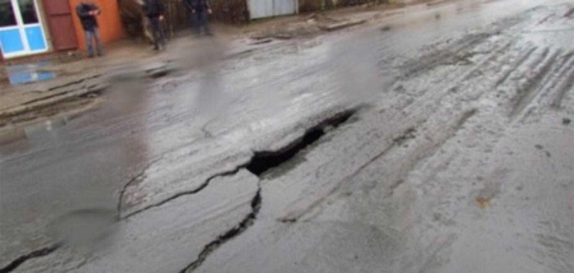 У Маріуполі вулиця перетворилась на річку з нечистот
