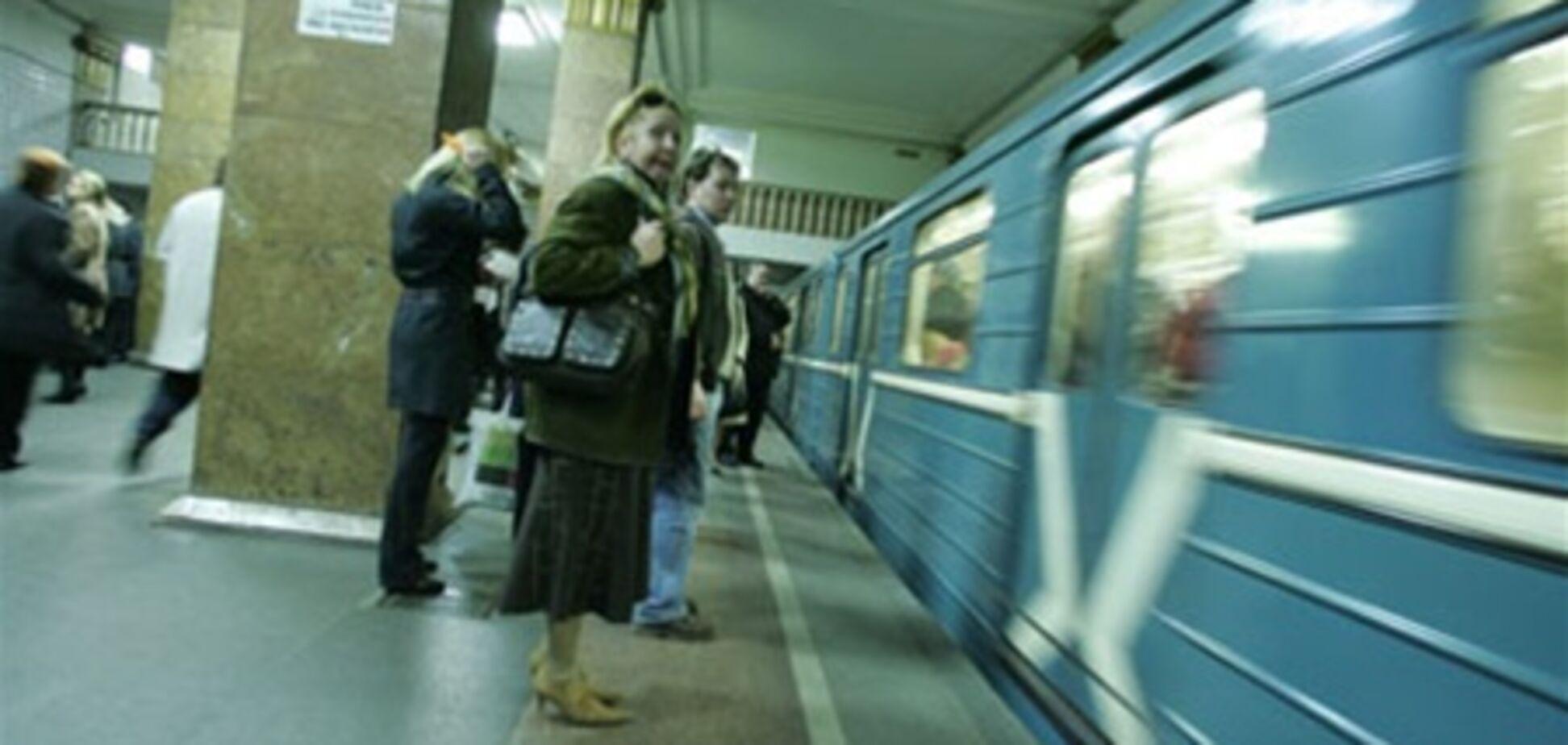 Дівчина кинулася під поїзд метро і дивом вижила