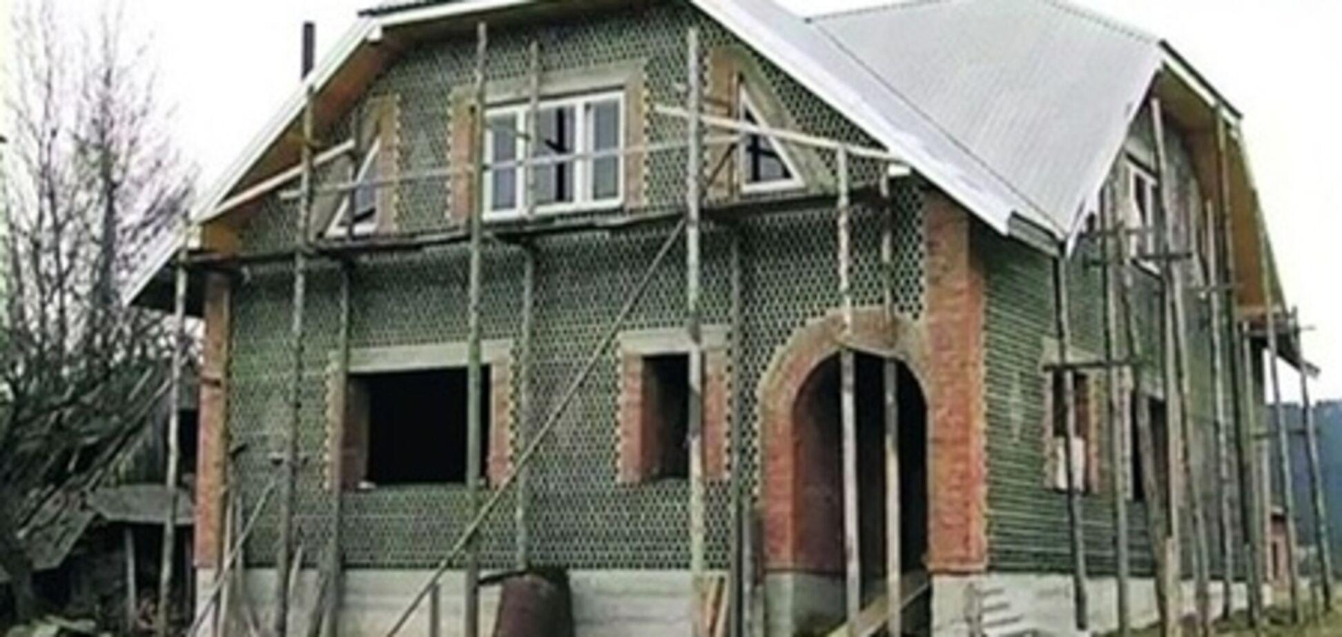 Житель Карпат построил дом из бутылок из-под шампанского