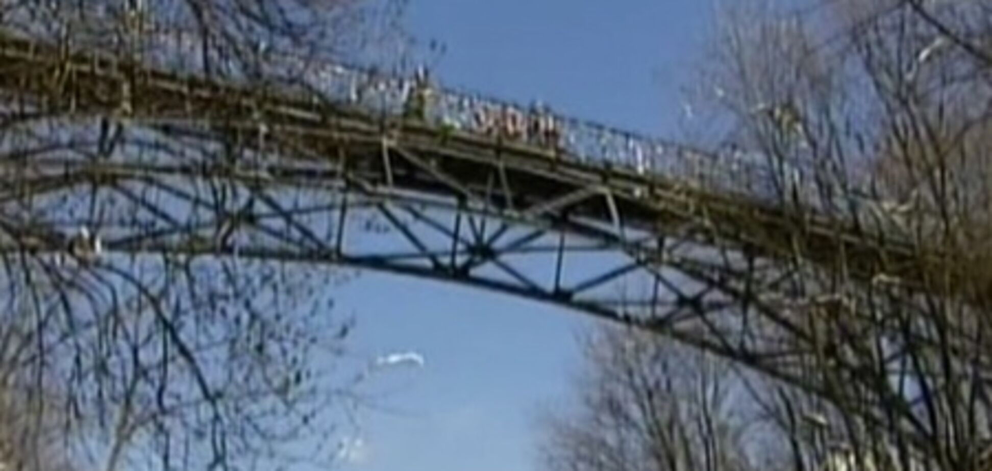 В Киеве 17-летний парень бросился с 'моста влюбленных'