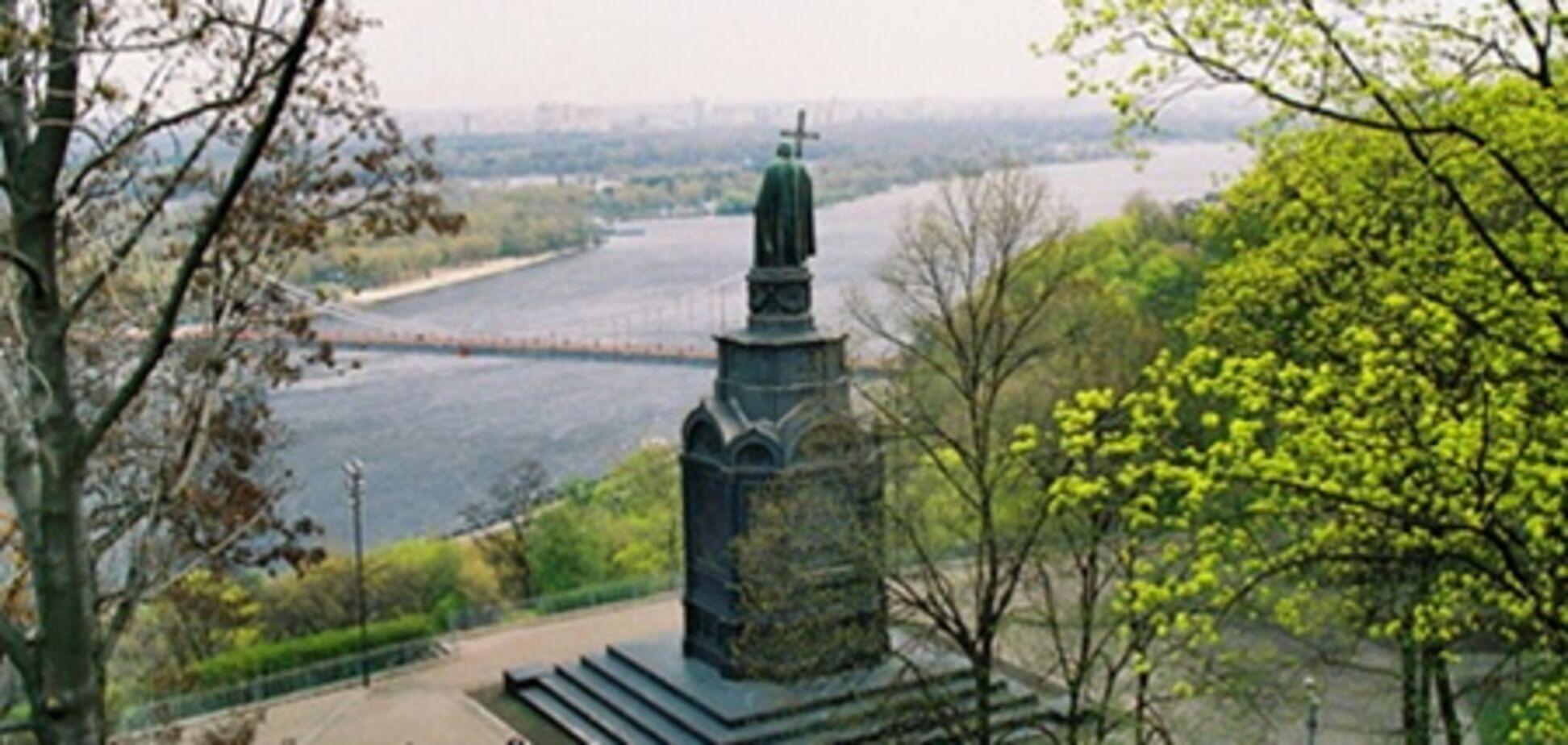 Жителей Киева успокоили: памятник Владимиру в Днепр не упадет