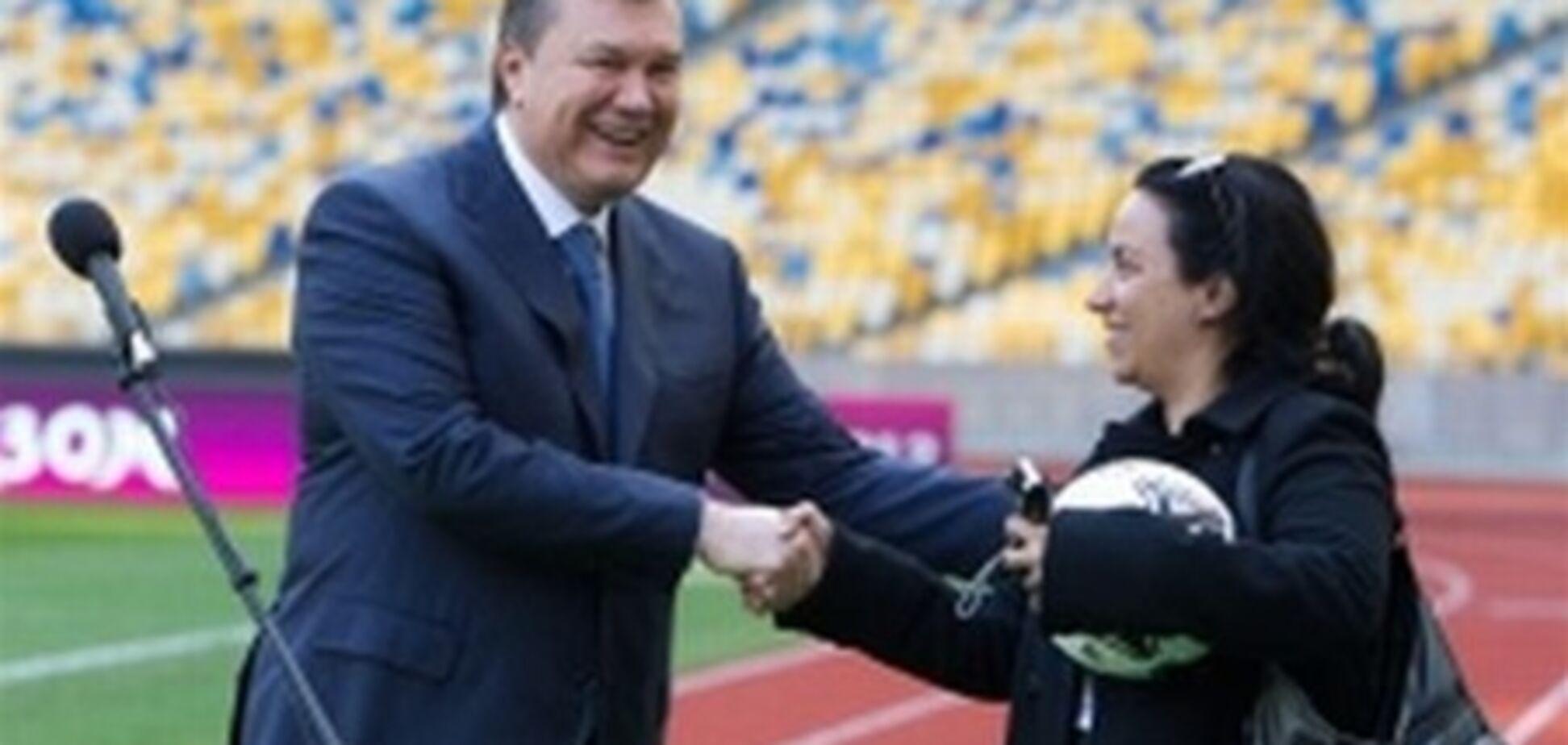 Янукович подарил журналистке мяч