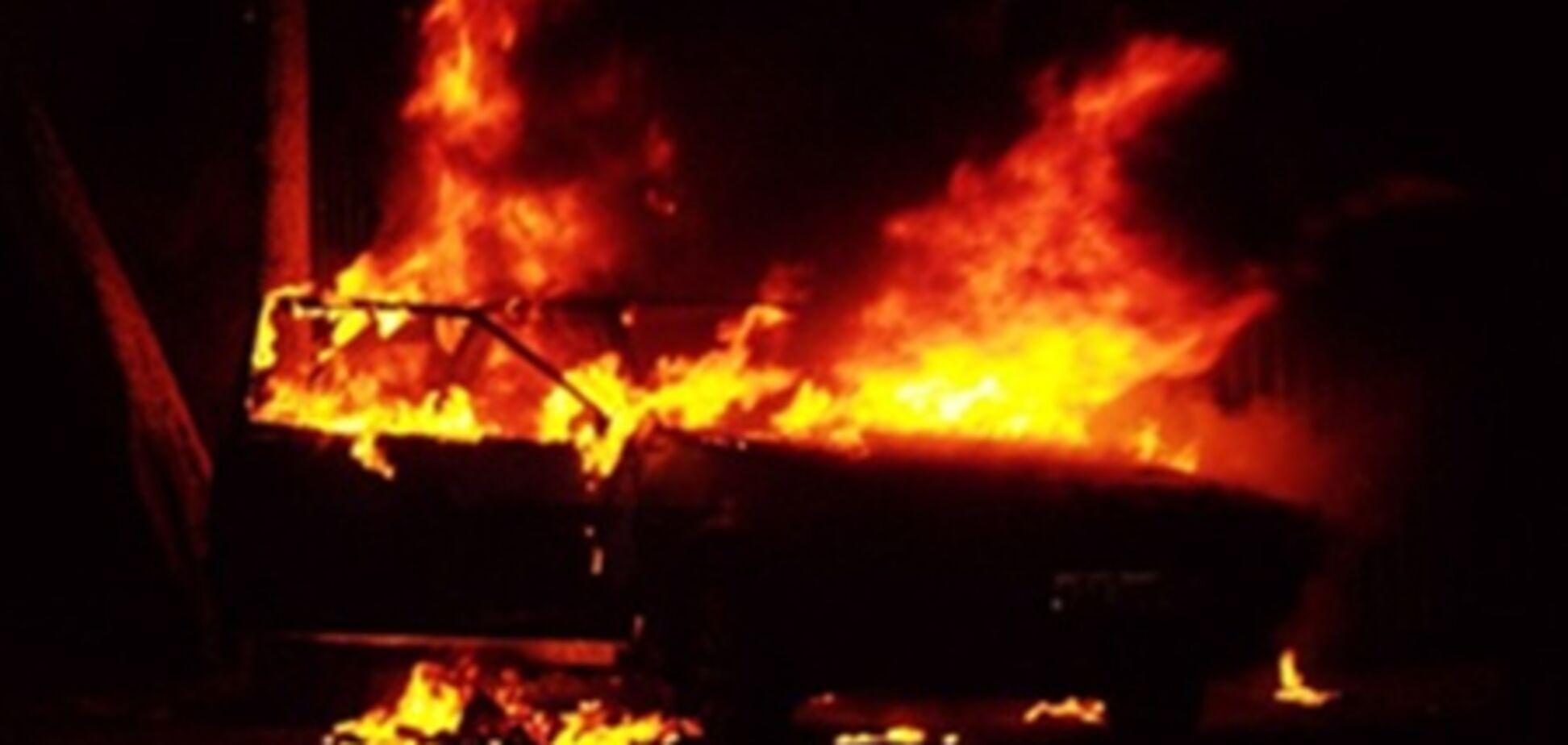 В Ивано-Франковске подожгли машину директора колледжа